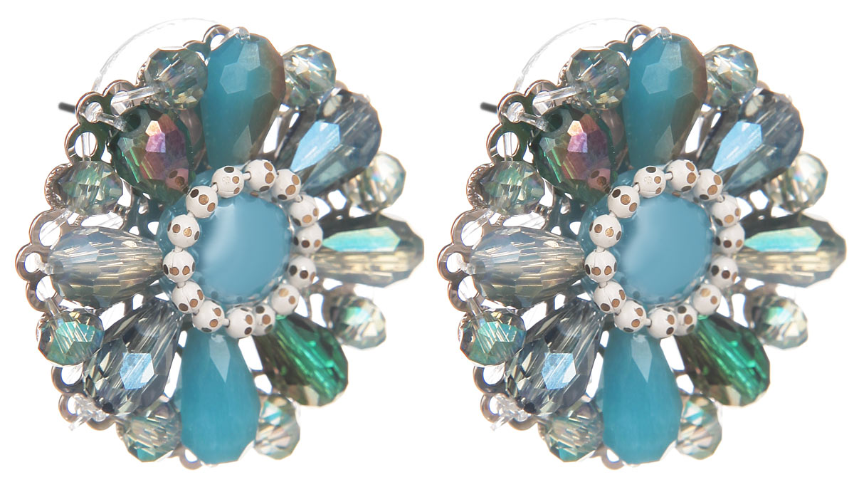 Серьги Fashion House, цвет: бирюзовый, серебристый, голубой. FH32048Пуссеты (гвоздики)Оригинальные серьги Fashion House, выполненные из металла с серебристым покрытием в виде оригинального цветка, инкрустированной вставкой из пластика и бусин. Серьги застегиваются на стоплер. Изящные серьги придадут вашему образу изюминку, подчеркнут красоту и изящество вечернего платья или преобразят повседневный наряд. Такие серьги позволит вам с легкостью воплотить самую смелую фантазию и создать собственный, неповторимый образ.