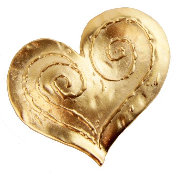 Брошь Сердце от Sphinx. Бижутерный сплав золотого тона. Sphinx, Великобритания, конец ХХ векаБрошь-булавкаБрошь Сердце от Sphinx.Бижутерный сплав золотого тона.Sphinx, Великобритания, конец ХХ века.Размер броши 5 х 4 см.Сохранность хорошая.Клеймо Sphinx в овальном картуше на изнаночной стороне броши. Необыкновенной красоты брошь!Выполнена брошь из высококачественного ювелирного сплава под золото. Украшение в виде небольшого сердца с металлическим орнаментом по всей поверхности Поистине, как классика никогда не выходит из моды, так и эта брошь будет служить вам украшением многие годы.
