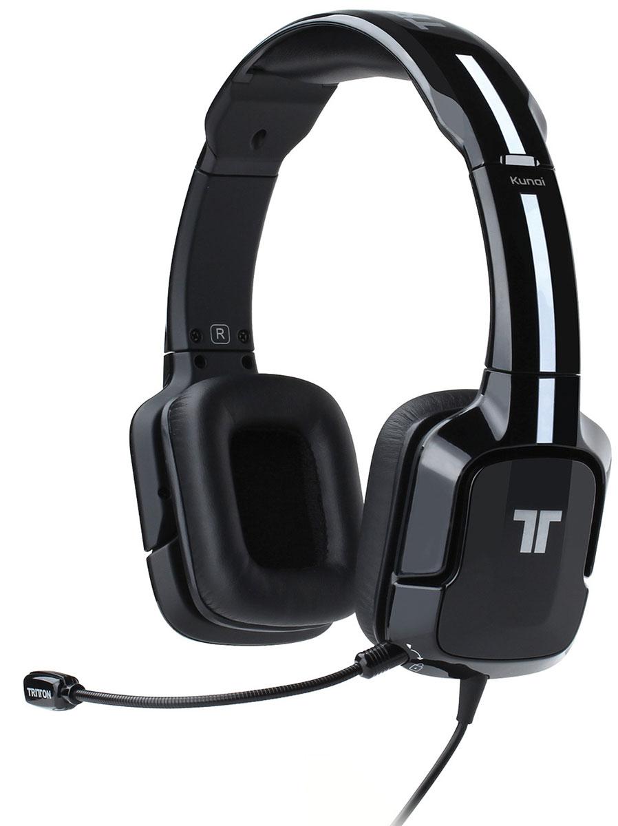 Tritton Kunai, Black стереогарнитура для PS3/PS4TRI881040002/02/1Стереогарнитура Tritton Kunai оптимизирована специально для игровых систем компании Sony. Она обеспечивает качественное воспроизведение стереозвука при игре как на домашних, так и на портативных игровых системах. Звуковое сопровождение игры и голоса в чате выводятся через два точно откалиброванных, усиленных 40-миллиметровых динамика, оснащенных неодимовыми магнитами. Предусмотрены отдельно кнопки выключения микрофона, регулировки громкости наушников и регулировки чувствительности микрофона. Независимые регуляторы громкости предназначены для звукового сопровождения и чата (PlayStation 3). Если разговоры ваших соперников отвлекают вас от игры, просто уменьшите уровень громкости чата с помощью регулятора на пульте управления. Уровень громкости звукового сопровождения игры также можно изменить - вы можете заглушить голос врага, но по-прежнему слышать фоновые звуки. Если вы не общаетесь в PlayStation Network, а просто слушаете музыку или смотрите фильм на PS Vita, микрофон гарнитуры будет только мешать. Проблема решена - просто отсоедините его.Во время игровых марафонов очень важно, чтобы гарнитура была предельно удобной. Гарнитура Kunai снабжена дужкой с мягкой прокладкой. Длину дужки можно изменить на 3 см в любую сторону, так что гарнитура подойдет практически для любого размера головы. Когда же придет время сделать перерыв, поворачивающиеся амбушюры можно легко повесить на шею. Простые инструкции позволяют мгновенно подготовить устройство к работе. Гарнитура подключается к PS Vita напрямую, и неважно, какая у вас версия PS3 или контроллера и как система подключена к телевизору, - гарнитура Kunai уже готова к работе.