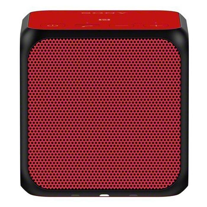 Sony SRS-X11, Red портативная акустическая системаSRSX11R.RU7Двойные пассивные излучатели для создания отличных басов даже в компактном корпусе.Два пассивных излучателя находятся с правой и левой стороны компактного корпуса в форме куба. Благодаря давлению воздуха, полученное от динамиков мощностью 10 Вт, эти излучатели обеспечивают достойное звучание басов, несмотря на скромные размеры Sony SRS-X11.Прослушивание в одно касание для мгновенного воспроизведения музыки.Благодаря технологии NFC (Near Field Communication) больше не нужны ни провода, ни сложные подключения. Достаточно приложить смартфон или другое NFC-совместимое устройство к N-метке на корпусе, и сразу же начнется воспроизведения музыки. Нет NFC? Ничего страшного. Сопряжение можно также установить вручную в разделе настроек Bluetooth.Используйте два устройства одновременно для создания стереозвука или равномерно распределенного звучания.Подключив два устройства Sony SRS-X11 по Bluetooth, вы можете выбрать воспроизведение в режиме Стерео (стереозвук) или в режиме Равномерное звучание (одновременное воспроизведение одного выходного аудиосигнала). В режиме Стерео одна АС выступает в качестве левого аудиоканала, другая - в качестве правого, позволяя создавать сбалансированный двухканальный стереозвук. Режим Равномерное звучание создает одинаковое звучание на большей площади, позволяя заполнить ритмами вечеринки все помещение.Сделайте общение еще проще с помощью звонков в режиме hands-free.Оцените удобство и простоту совершения звонков в режиме hands-free в любое время и в любом месте. Просто подключите телефон к Sony SRS-X11 по Bluetooth, и вы уже готовы совершать и принимать вызовы с помощью встроенного динамика и микрофона. Воспроизведение музыки автоматически приостанавливается во время вызова, и вы можете разговаривать с семьей и друзьями, не отвлекаясь на помехи на линии.До 12 часов музыки.Встроенный аккумулятор обеспечивает до 12 часов непрерывного воспроизведения музыки, что позволяет брать АС с собой