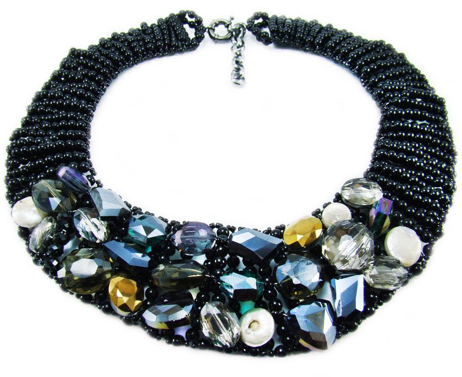Ожерелье Taya, цвет: черный, мультиколор. T-B-884Ожерелье (короткие многоярусные бусы)Элегантное ожерелье Taya, выполнено в виде плетеной основы из пластиковых бусин ибисера. Изделие оформлено натуральными камнями, гранеными стеклянными и пластиковыми бусинами.Ожерелье застегивается на практичный шпренгельный замок, длина регулируется за счет дополнительных звеньев.Стильное ожерелье придаст вашему образу изюминку, подчеркнет индивидуальность.
