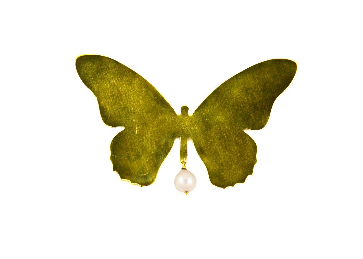 Брошь Polina Selezneva Бабочка, цвет: золотистый, белый. 027-0001Брошь-булавкаСтильная брошь Polina Selezneva Бабочка выполнена в виде порхающей бабочки из ювелирного сплава на основе латуни, которая дополнена подвеской из речной жемчужины.Изделие застегивается на английскую булавку.Оригинальная брошь Polina Selezneva Бабочка придаст вашему образу изюминку, подчеркнет красоту и изящество вечернего платья или преобразит повседневный наряд.