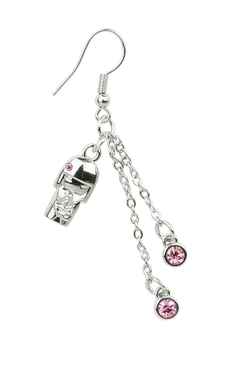 Серьги Kimmidoll Юмико (Сострадание), цвет: серебряный, розовый. KF0919Серьги с подвескамиОчаровательные серьги Kimmidoll Юмико (Сострадание) изготовлены из ювелирного сплава и оформлены подвеской в виде куколки с кристаллами Swarovski и лазерной гравировкой.В основании изделия используется практичный замок-петля с заглушкой из пластика, которая надежно зафиксирует сережку.Изделие поставляется в подарочной упаковке.Оригинальные серьги помогут дополнить любой образ и привнести в него завершающий яркий штрих.