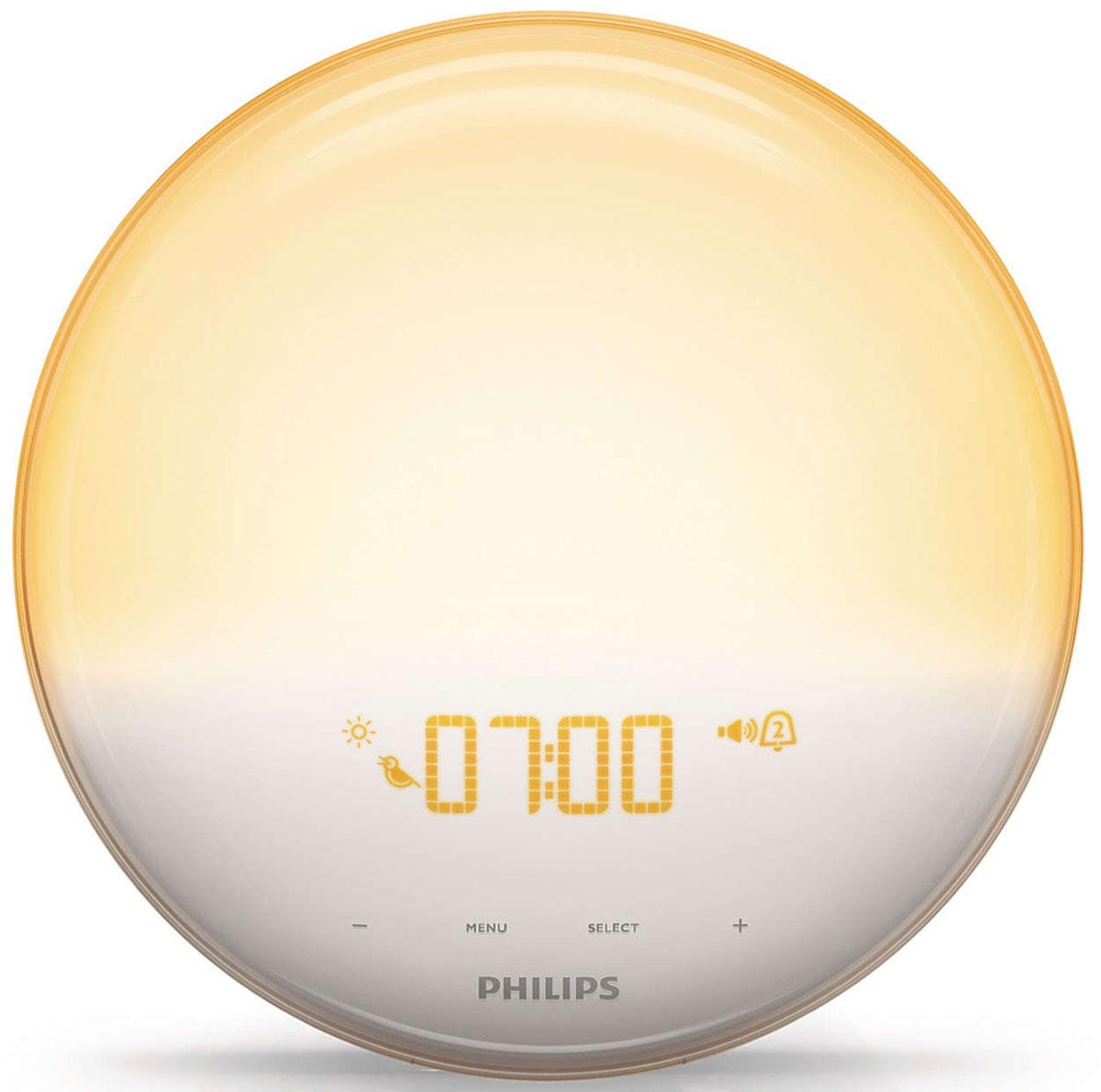 Philips HF3520/70 Wake-up Light световой будильникHF3520/70Идею этого будильника подсказала сама природа. Philips Wake-up Light обеспечивает естественное пробуждение при помощи уникального сочетания света и звука. Теперь Вы будете просыпаться по утрам легче и в хорошем настроенииПостепенное пробуждение благодаря имитации рассвета:Имитируя естественный рассвет солнца, свет постепенно становится ярче: в течение 30 минут он плавно переходит в желтый оттенок дневного света. Такое постепенное нарастание света помогает организму проснуться естественным образом. И только после этого раздается выбранный вами сигнал - один из звуков природы, который позволит вам полностью проснуться в прекрасном настроении.Звуки природы для будильника: 3 сигнала на выбор:В установленное вами время раздастся сигнал - звук природы, помогающий вам окончательно проснуться. Громкость выбранного Вами звука будет постепенно увеличиваться в течение полутора минут. Вы можете выбрать один из трех звуков природы: пение птиц, лесные трели или дзен-сад.Просыпайтесь под звуки любимой радиопередачи благодаря поддержке FM-радио.Погружение в сон с естественно гаснущим светом и приятным звуком:Имитация заката - это функция, которую очень удобно использовать перед сном. Постепенно гаснущий свет и утихающая природная мелодия помогут вам погрузиться в спокойный и приятный сон. Продолжительность этой функции вы можете установить сами.Единственный световой будильник, эффективность которого доказана клинически:На сегодняшний день будильник Philips Wake-up Light - единственный будильник, чья эффективность доказана научно. Стремясь к тому, чтобы будильник Wake-up Light помогал Вам проснуться как можно более естественным образом и заряжал Вас бодростью, мы провели множество клинических исследований. Мы привлекали к исследованиям независимые научные организации, изучившие влияние света на процесс пробуждения в целом. Так мы получили доказательство того, что световой будильник Philips Wake-up Light - это не только естес