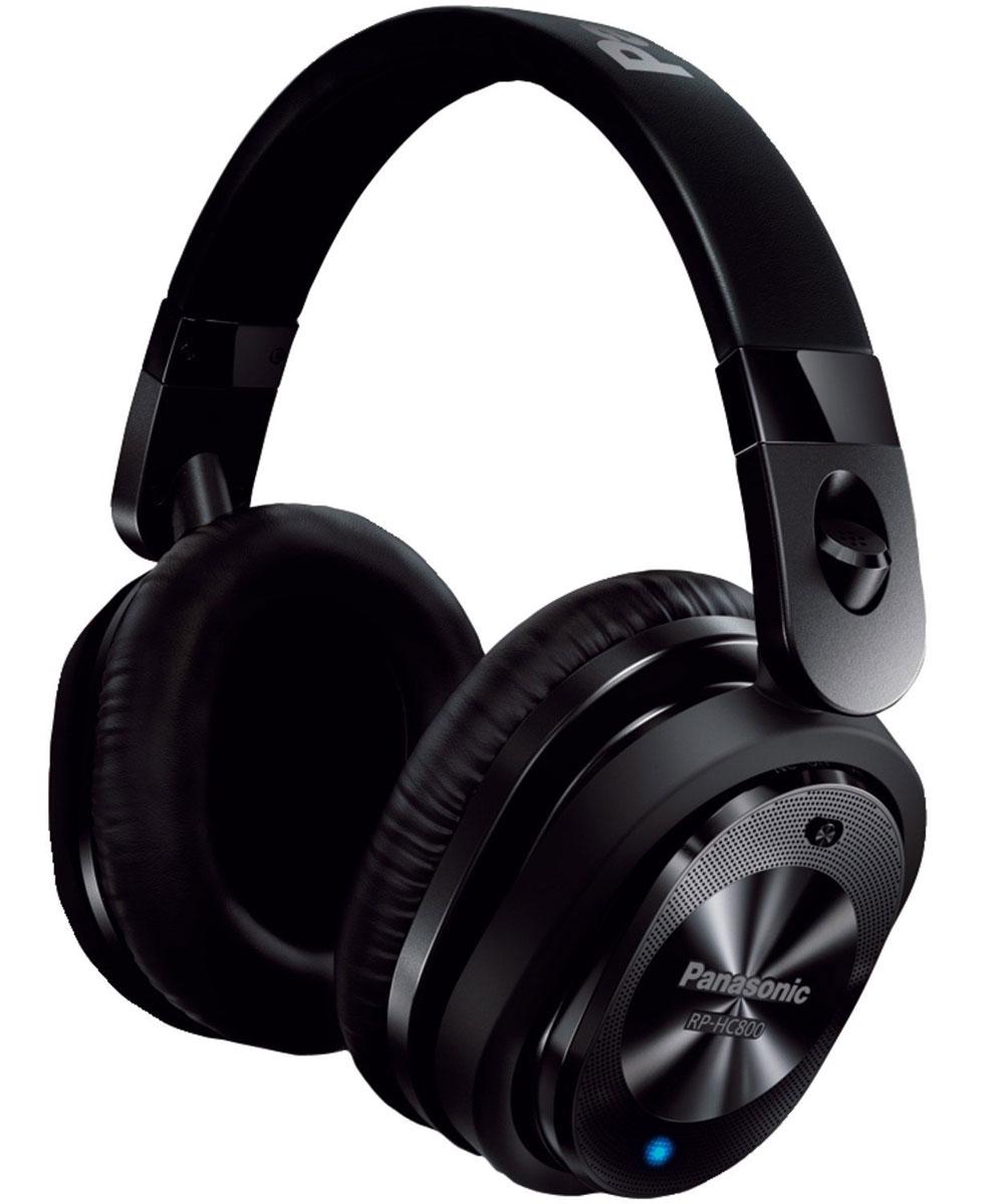 Panasonic RP-HC800E-K, Black наушникиRP-HC800E-KНаушники Panasonic RP-HC800E-K позволяют наслаждаться любимой музыкой без окружающего шума даже в самолете, поезде или автотранспорте.В данной модели используется новейшая технология подавления шума, которая не позволяет окружающим звукам отвлекать от прослушивания музыки. Встроенный высококачественный микрофон в корпусе распознает шум окружающей среды в диапазоне средних и низких частот и заметно его снижает с помощью звуковой волны противоположной фазы. Плотно прилегающие амбушюры блокируют окружающий шум в диапазоне средних и высоких частот.Наушники Panasonic RP-HC800E-K отличаются мощным звуком и басами благодаря 40-миллиметровым динамикам. Они обеспечивают реалистичный звук и басы, а также четкие средние и высокие частоты.Алкалиновая батарея обеспечивает до 40 часов воспроизведения. Больше не нужно беспокоиться о времени работы батареи: даже если вам предстоит провести в дороге много часов. Музыка слышна даже при выключенной функции подавления шума. Эта гибридная система воспроизведения звука позволяет слушать музыку даже при разряженной батарее: как в обычных наушниках.Провод длиной 1,5 м можно отключать от наушников для удобного, компактного хранения. Благодаря этому наушники становятся еще удобнее для переноски.Время работы системы шумоподавления: до 40 часовТип аккумуляторов: LR03/R03