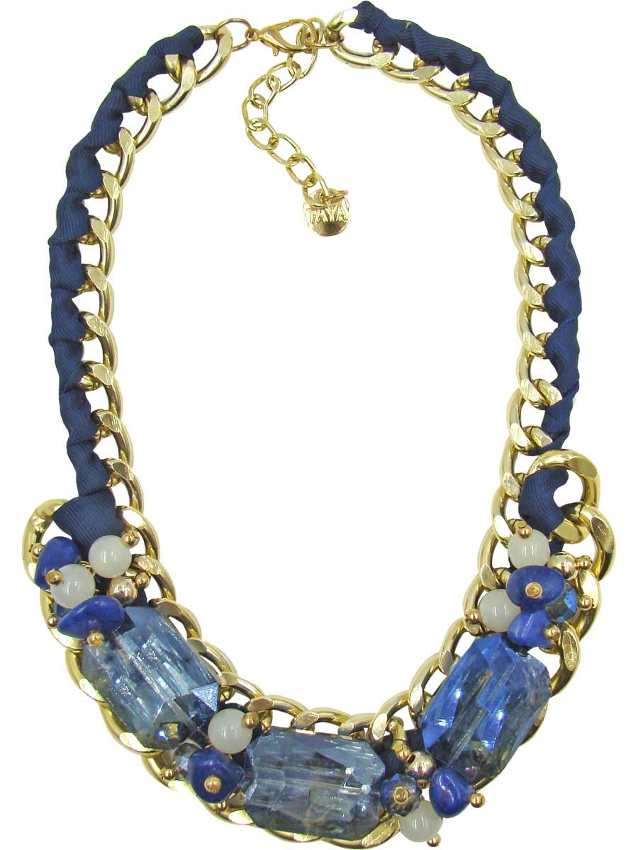 Колье Taya, цвет: золотистый, синий. T-B-9572Колье (короткие одноярусные бусы)Колье Taya изготовлено из ювелирного сплава с гальваническим покрытием. Такая методика обеспечивает отличное качество изделий и позволяет сохранить красоту украшений надолго.Колье состоит из крупной цепи, оплетенной шелковистой синей лентой, с декоративной частью. Центральная часть изделия дополнена крупными кристаллами с бусинами и натуральными камнями. Модель застегивается на практичный замок-карабин, длина регулируется за счет дополнительных звеньев. Стильное колье придаст вашему образу изюминку, подчеркнет индивидуальность.