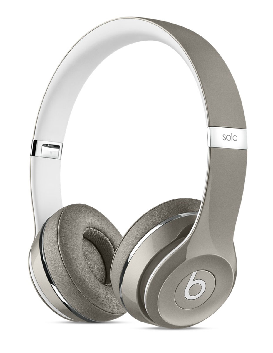 Beats by Dr. Dre Solo2 Luxe Edition, Silver наушникиMLA42ZE/AНаушники Beats by Dr. Dre Solo2 Luxe Edition представляют собой полностью обновлённую версию самой популярной модели Beats by Dr. Dre. Они предлагают улучшенное звучание, более широкий диапазон звука и повышенную чёткость для любой музыки на iPhone, iPad или iPod. Благодаря дизайну, сочетающему строгость линий, лёгкость и прочность конструкции, они обеспечивают максимальный комфорт. Теперь к качеству звучания и превосходному дизайну, которыми отличаются наушники Beats Solo2, добавились глянцевое покрытие и полированные элементы отделки. Модель Luxe Edition выпускается в четырех новых блестящих цветах: красном, голубом, серебристом, чёрном. Данная модель обладает более динамичным и широким диапазоном звучания и чёткостью, максимально приближающей вас к оригинальному звучанию музыки, задуманному её создателями. Почувствуйте высокую точность воспроизведения независимо от того, какую музыку вы слушаете. Начиная с центра гибкого оголовья корпус изгибается всё сильнее, что обеспечивает идеальную посадку. Амбушюры имеют эргономичный изгиб. Кроме того, их можно поворачивать для оптимального комфорта и максимального качества звучания. Высококачественные материалы, из которых изготовлены амбушюры, рассеивают тепло и минимизируют потери звука. Стремительные изгибы, отсутствие видимых винтов и возможность легко сложить наушники создают неповторимую эстетику Beats Solo2. Такое внимание к деталям распространяется и на подбор материалов: наушники стали прочнее и прослужат вам дольше. С помощью кабеля RemoteTalk, подходящего по цвету к наушникам, можно переключать композиции, регулировать громкость и даже принимать звонки, не касаясь iPhone, iPad или iPod.
