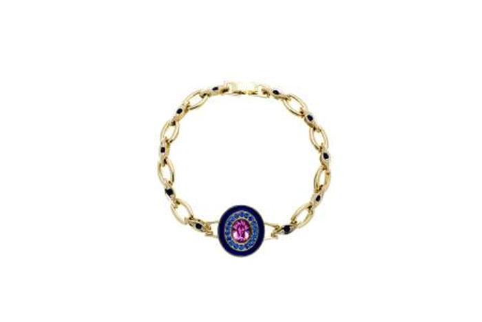 Браслет Jenavi Color 32, цвет: золотой, розовый, фиолетовый. f390p470. Размер 17,5Глидерный браслетОригинальный браслет Jenavi Color 32 изготовлен из гипоаллергенного позолоченного ювелирного сплава. Браслет выполнен в современном стиле и сочетает в себе эстетику форм безукоризненным качеством отделки и полировки. Главное украшение браслета - овальный декоративный элемент с крупным ограненным кристаллом в центре идеальной чистоты, оправа которого инкрустирована кристаллами Swarovski. Браслет снабжен замком-пряжкой.Такой браслет позволит вам быть оригинальной, стильной и поможет создать свой неповторимый образ. Красивое и необычное украшение блестяще подчеркнет изысканный вкус, женственность и красоту своей обладательницы и поможет внести разнообразие в привычный образ.