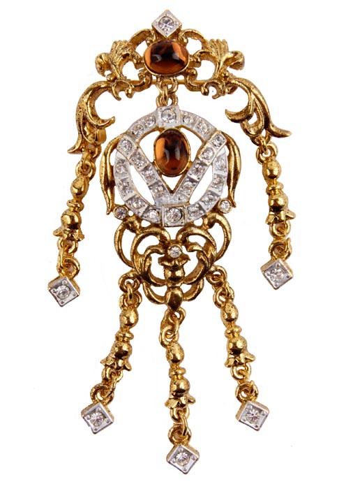 Брошь Венеция от Sphinx. Ювелирный сплав, австрийские кристаллы, стеклянный кабошон. Sphinx, Великобритания, конец ХХ векаБрошь-камеяБрошь Венеция. Ювелирный сплав, стразы, австрийские кристаллы, стеклянный кабошон.Sphinx, Великобритания, конец ХХ векаРазмер броши 8,5 х 4 см.Сохранность хорошая.Необыкновенной красоты брошь!Изгибы, завитки , подвесы броши отправляют нас в эпоху балов и дуэлей. Выполнена брошь из высококачественного ювелирного сплава золотого и серебряного тона.Центральные кабошоны коричневого цвета несомненно привлекает к себе внимание. Брошь имеет серийный номер, что говорит о ее уникальности.Брошь завораживает и чарует... Поистине, как классика никогда не выходит из моды, так и эта брошь будет служить вам украшением многие годы.