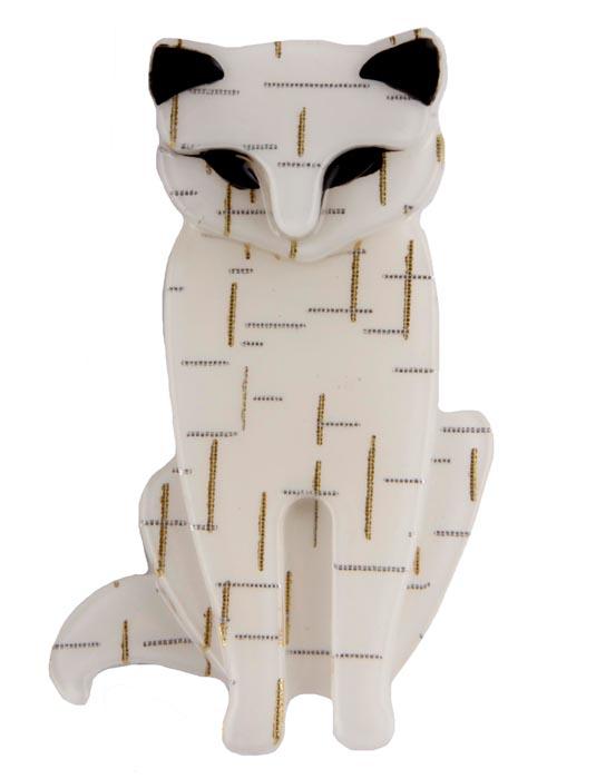 Брошь Белый кот. Бижутерный сплав, пластик, эмаль. Китай, конец ХХ векаБрошь-булавкаБрошь Белый кот. Бижутерный сплав, пластик, эмаль. Китай, конец XX века. Размеры 6 х 3,5 см. Сохранность хорошая.Очаровательная брошь, выполненная в виде сидящего кота.Аксессуар украшен эмалью черного цвета.Эта забавная брошь станет оригинальным украшением для ярких индивидуальностей. Отличный повседневный аксессуар.