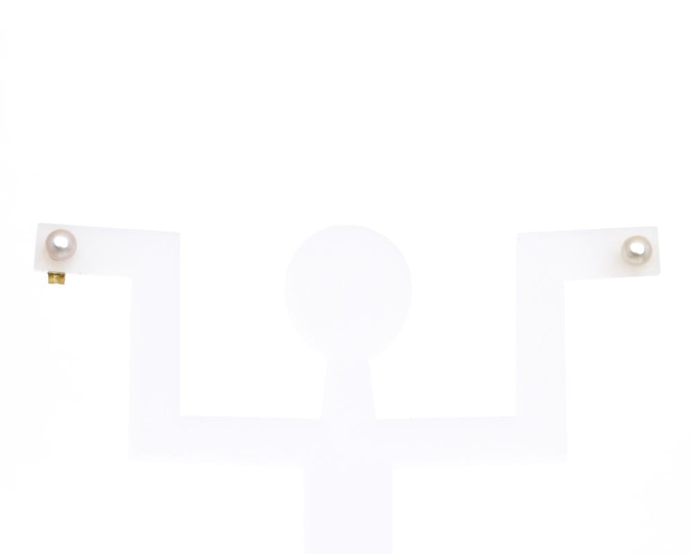 Серьги Bohemia Style, цвет: перламутровый. 1441 3004 V1Пуссеты (гвоздики)Великолепные серьги Bohemia Style придутся по душе ценительницам изящных украшений. Изделие выполнено из медицинского сплава томпак с золотистым покрытием и украшено искусственным жемчугом. Серьги застегиваются на замок-гвоздик с металлической задвижкой, которая обеспечивает надежное ее удержание.Величина изделия идеально подходит на второй прокол в ухе.Такие серьги позволят вам с легкостью воплотить самую смелую фантазию и создать собственный, неповторимый образ.