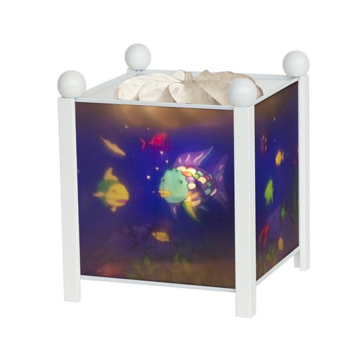 Trousselier Светильник-ночник Magic Lantern Rainbow Fish цвет белый4366W 12VНочники Trousselier - идеальный аксессуар для детской комнаты. Нежный свет и красочные картинки создадут атмосферу уюта, успокоят и убаюкают кроху.Вы можете подобрать картинку, а также музыкальную подставку с подзаводом (опция). Классический ночник с вращающейся картинкой. Цилиндр ночника вращается благодаря системе нагрева от лампочки 12 V 20 W, розетка E 14.C. Материал: металлический корпус, деревянные ножки и углы, пластиковый, жароустойчивый цилиндр. Поставляется в подарочной упаковке. Соответствует нормам безопасности: CE EN 60598-2-10.Размер: 16,5 x 19 см.