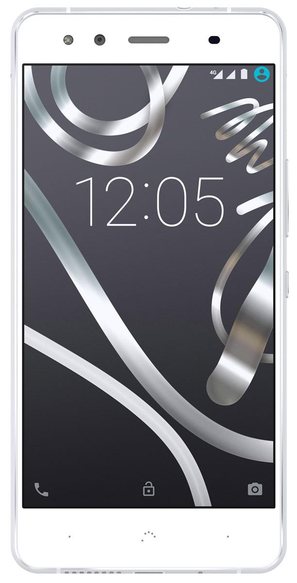 BQ Aquaris X5, White SilverC000078Aquaris X5 начался с наброска в соответствии со стандартами проектирования BQ, в котором сочетались прямые и изогнутые линии с целью реализации свойств нового материала - металла. Конечным результатом стал легкий и сверхтонкий смартфон с алюминиевым корпусом, коренным образом отличающийся от предыдущих, но верный традициям BQ. Чтобы принять этот вызов, компании пришлось взять на вооружение инновационные технологии изготовления, такие как литье под давлением (DIE casting) и нано литье (NMT).BQ хотелось, чтобы Aquaris X5 отличался не только своим дизайном, но и автономностью, одним из отличительных качеств, что представляло серьезный вызов с точки зрения механического проектирования, поскольку нужно было вставить батарею LiPo на 2900 мАч в устройство, вес которого составлял всего лишь 148 граммов, а толщина - 7,5 мм. Удалось сделать это благодаря скрупулезному отбору компонентов и их тщательному распределению с миллиметровой точностью.Боковые закругления не только улучшают эргономику устройства, но и усиливают блеск металла. То же самое касается металлической рамки, являющейся частью антенны телефона, что придает ему легкость и элегантность.Aquaris X5 будет выпускаться в трех цветовых гаммах, чтобы у пользователя был выбор в соответствии с предпочтениями. Такое разнообразие стало возможным благодаря анодированию - процессу обработки металла с целью его защиты, что, в конечном итоге, повышает долговечность и обеспечивает равномерность покрытия. Чтобы еще больше повысить защиту от царапин, в Aquaris X5 осуществлено последовательное анодирование алюминия.Задняя камера X5 на 13 мегапикселей оснащена сенсором Sony IMX214 для получения фотографий с высоким разрешением и точностью. Она также оснащена 5-ю линзами и двойной вспышкой, устройством автоматической фокусировки и оптической диафрагмой f/2.0. Фронтальная камера устройства на 5 мегапикселей оснащена 4-мя линзами, вспышкой и отверстием f/2.0. Обе камеры записывают видеоизображение в ре