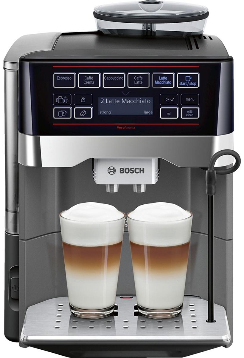 Bosch TES 60523RW VeroAroma кофемашинаTES 60523RWBosch TES 60523RW VeroAroma - это разнообразие вкусных кофейных напитков быстро и просто. Нажатием одной кнопки вы приготовите выбранный рецепт сразу в две чашки: для себя и другаЭта кофемашина подарит вам многообразие рецептов приготовления кофе: эспрессо, кафе крема, капучино, кафе латте, латте макиато и многих других. Изысканные напитки готовятся вкусно и быстро. С системой OneTouch DoubleCup вы сможете одновременно приготовить напитки с молоком сразу для двух чашек!Инновационный проточный нагреватель Intelligent Heater inside обеспечивает правильную температуру заваривания кофе и полноценный аромат благодаря технологии SensoFlowSystem. Система MilkClean делает необыкновенно простой чистку молочной системы: достаточно просто нажать одну кнопку. Гигиенично, быстро и просто.Bosch TES 60523RW VeroAroma оснащена CeramDrive - высококачественной керамической мельницей, сделанной из износостойкой керамики.Функция OneTouch – приготовление напитков одним нажатием кнопкиAromaDoubleShot приготовление напитка двойной крепостиИндивидуальная регулировка температуры напитка: кофе (3 уровня)Отсек для молотого кофеСъемный заварочный блокПрограмма автоматического ополаскиванияКапучинатор можно мыть в посудомоечной машинеСъемный отсек для кофейной гущи, дренажный поддон для капель, решетка