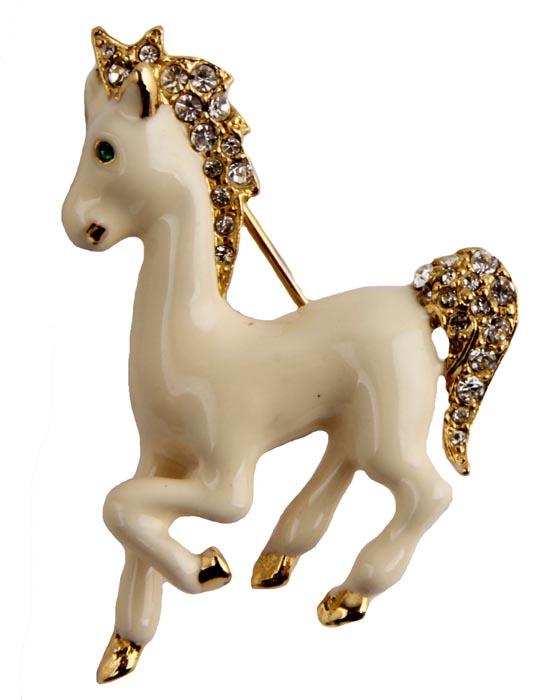 Брошь Белая лошадка. Бижутерный сплав, кристаллы, эмаль. Франция, конец ХХ векаАжурная брошьБрошь Белая лошадка.Бижутерный сплав, кристаллы, эмаль.Франция, конец ХХ века.Размер броши 3,5 х 4,5 см.Сохранность хорошая.Прекрасного качества брошь!На обороте брошь имеет клеймо с серийным номером, что говорит об ее эксклюзивности и лимитированности.Выполнена из бижутерного сплава золотого оттенка.Украшена прекрасного качества бежевыми эмалями.Кристаллы, словно бриллианты, переливаются под лучами падающего на них света.Изделия такого дизайна прекрасно подойдут как к дневному наряду, так и к вечернему.