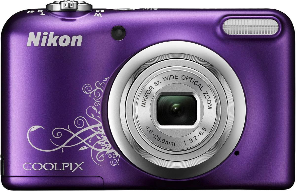 Nikon CoolPix A10, Purple цифровая фотокамераVNA983E1Фотокамера Nikon CoolPix A10 с удобной рукояткой и понятным расположением кнопок была создана с акцентом на простоту. Объектив NIKKOR с 5-кратным оптическим зумом позволяет как запечатлевать интересные выражения лиц, так и создавать групповые снимки, на которых поместятся все присутствующие.Простота в использовании и 16,1 эффективных мегапикселей:Сочетание простоты в использовании и мощной 16-мегапиксельной матрицы гарантируют получение великолепных изображений с высоким разрешением и удовольствие от процесса съемки.Удобная рукоятка и понятное расположение кнопок:Удобная рукоятка обеспечивает устойчивость фотокамеры и способствует получению четких снимков, а понятное и функциональное расположение кнопок существенно упрощает управление фотокамерой.Объектив NIKKOR с 5-кратным оптическим зумом:Универсальный широкоугольный объектив NIKKOR с 5-кратным оптическим зумом (26-130 мм в эквиваленте формата 35 мм) позволяет не только создавать групповые снимки общим планом, но и снимать удаленные объекты с большим увеличением, не беспокоясь о том, что изображения получатся смазанными.Жк-монитор TFT с диагональю 6,7 см и разрешением прибл. 230 тыс. точек:Большой и яркий ЖК-монитор позволяет легко компоновать кадры во время видео- и фотосъемки, обеспечивая четкость изображения при просмотре.Автовыбор сюжета:Съемка без всяких усилий благодаря функции Автовыбор сюжета: фотокамера автоматически выбирает наиболее подходящий сюжетный режим для любых условий съемки, например, Пейзаж, Ночной портрет или Макро. В фотокамере предусмотрены 15 сюжетных режимов, что позволяет подобрать тот, который оптимально соответствует условиям съемки. В каждом режиме фотокамера оптимизирует настройки, чтобы достичь наилучшей экспозиции для конкретных условий, что гарантирует великолепные снимки даже в сложных ситуациях.Запись видеороликов в формате HD (720p):Вы можете без труда перейти от фотосъемки к записи плавных видеороликов в формате HD одним кас