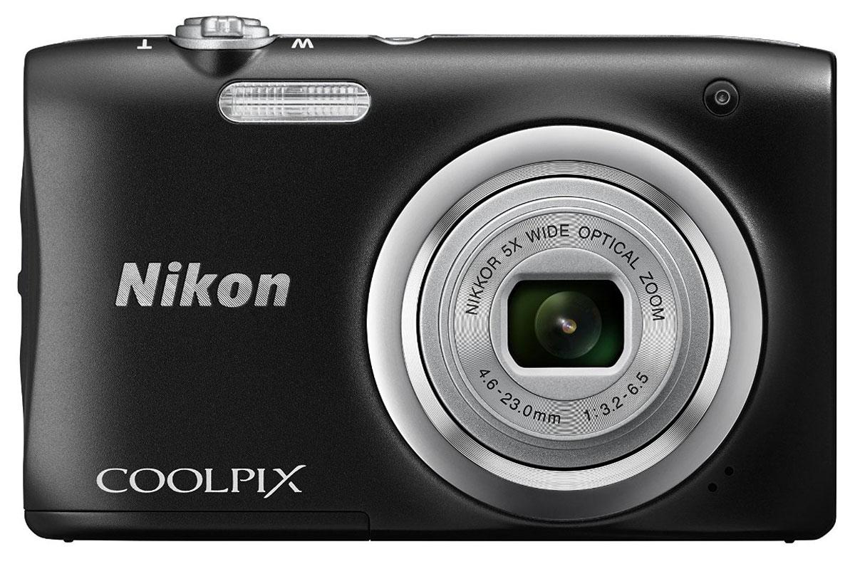 Nikon CoolPix A100, Black цифровая фотокамераVNA971E1Ваши снимки будут незабываемыми благодаря 20,1-мегапиксельной ПЗС-матрице Nikon CoolPix A100, а объектив NIKKOR с 5-кратным оптическим зумом (расширяемый до 10-кратного с помощью функции Dynamic Fine Zoom) поможет создавать великолепные портреты друзей и родных крупным планом. Выбирайте специальные эффекты в процессе съемки или примените быстрые эффекты к полученным изображениям, чтобы создать оригинальные фотографии прямо на фотокамере.Стильная, компактная и простая в использовании:Эта стильная фотокамера настолько компактна и легка (ее вес - всего 119 г вместе с батареей и картой памяти SD), что она практически неощутима в сумке или кармане, и поэтому ее можно носить с собой повсюду. Кроме того, она проста в использовании, поэтому вы всегда будете готовы запечатлеть нужный момент.Объектив NIKKOR с 5-кратным оптическим зумом:Благодаря объективу NIKKOR с 5-кратным оптическим зумом (26-130 мм в эквиваленте формата 35 мм), который можно расширить до десятикратного с помощью функции Dynamic Fine Zoom, вы можете создавать как великолепные групповые портреты, так и прекрасные снимки крупным планом. С его помощью вы сможете приблизиться к центру событий и запечатлеть незабываемые выражения лиц участников.ПЗС-матрица с разрешением 20,1 эффективных мегапикселей:Матрица с большим количеством пикселей гарантирует получение четких изображений с высоким разрешением, которые можно увеличивать во много раз.Автовыбор сюжета:С легкостью создавайте отличные снимки с помощью функции Автовыбор сюжета, когда фотокамера автоматически выбирает наиболее подходящий сюжетный режим для конкретных условий съемки, например, Портрет, Ночной портрет или Макро. В фотокамере предусмотрены 16 сюжетных режимов, таких как Спорт, Пляж или Портрет питомца, что позволяет подобрать режим, идеально соответствующий условиям съемки. В каждом режиме фотокамера оптимизирует настройки, чтобы достичь наилучшей экспозиции для конкретных условий, что гарантируе