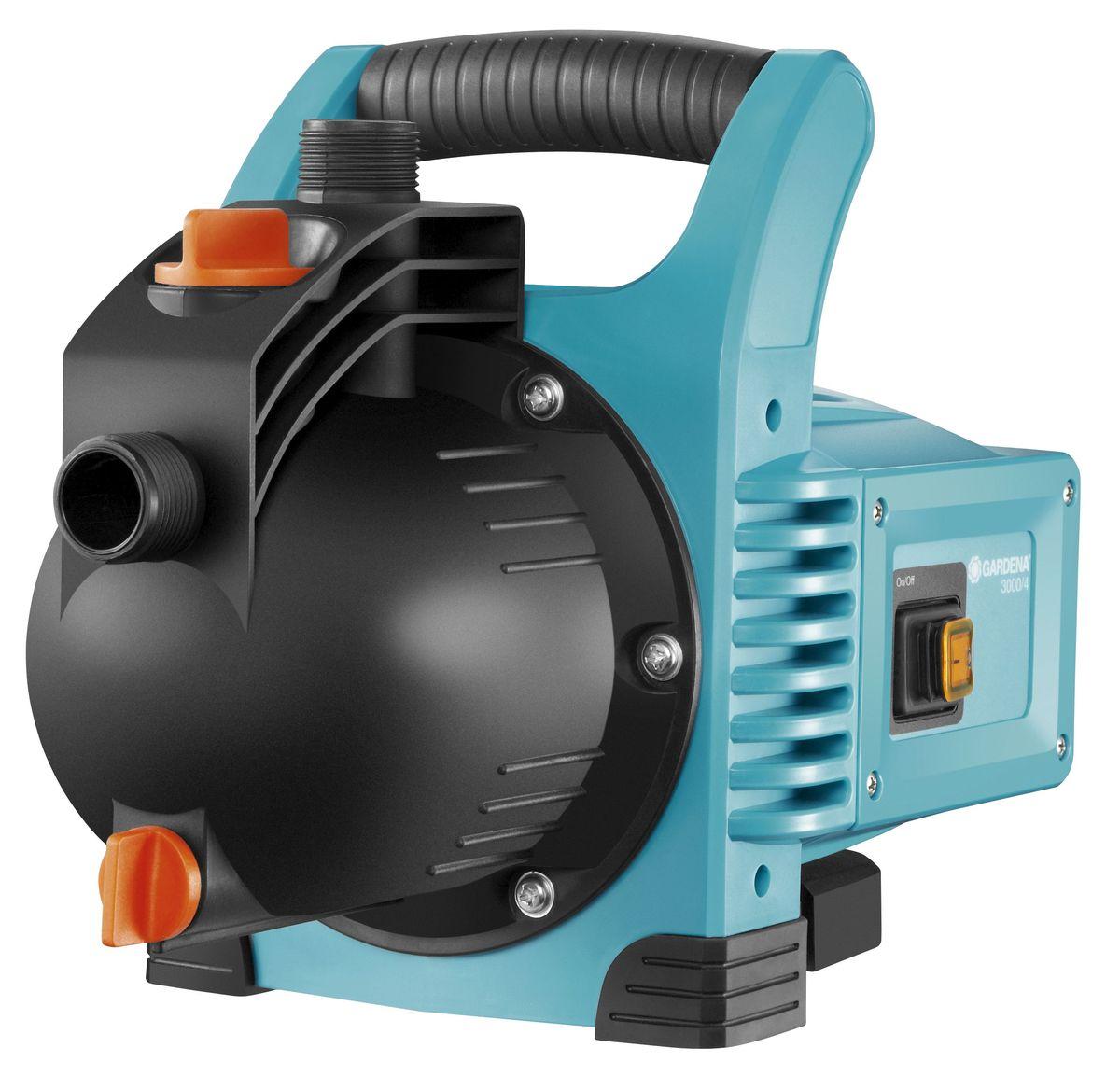 Насос садовый Gardena 3000/4 Classic01707-20.000.00Насос садовый 3000/4 GARDENA представляет собой компактную оптимальную базовую модель, предназначенную для выполнения различных функций. Высокая мощность всасывания и способность выдерживать высокое давление делает насос идеальным инструментом для полива, повышения давления, передачи или откачки водопроводной воды, дождевой воды или хлорированной воды бассейна. Легкий и надежный насос удобен в использовании. Широкое заливочное горло упрощает наполнение насоса перед первым использованием, а эргономичная ручка обеспечивает удобство транспортировки. Резиновые опоры обеспечивают устойчивость насоса, а также минимальный уровень шума и вибраций при эксплуатации. В целях защиты насоса от повреждений в морозную погоду насос снабжен сливным отверстием с дренажной пробкой. Для увеличения срока службы продукции компания GARDENA использует материалы только высокого качества. Наличие керамических элементов и двойного уплотнения между двигателем и рабочим колесом обеспечивает безопасность эксплуатации и защиту насоса от повреждений. Термовыключатель защищает двигатель от перегрузок. Примечание: Насосы GARDENA не предназначены для перекачивания соленой воды, агрессивных и легко воспламеняющихся жидкостей, а также пищевых продуктов.Максимальная производительность по нагнетанию: 3100 л/ч.Максимальное давление: 3,6 Бар. Максимальная высота самовсасывания: 7 м. Тип силового кабеля: H07 RNF.