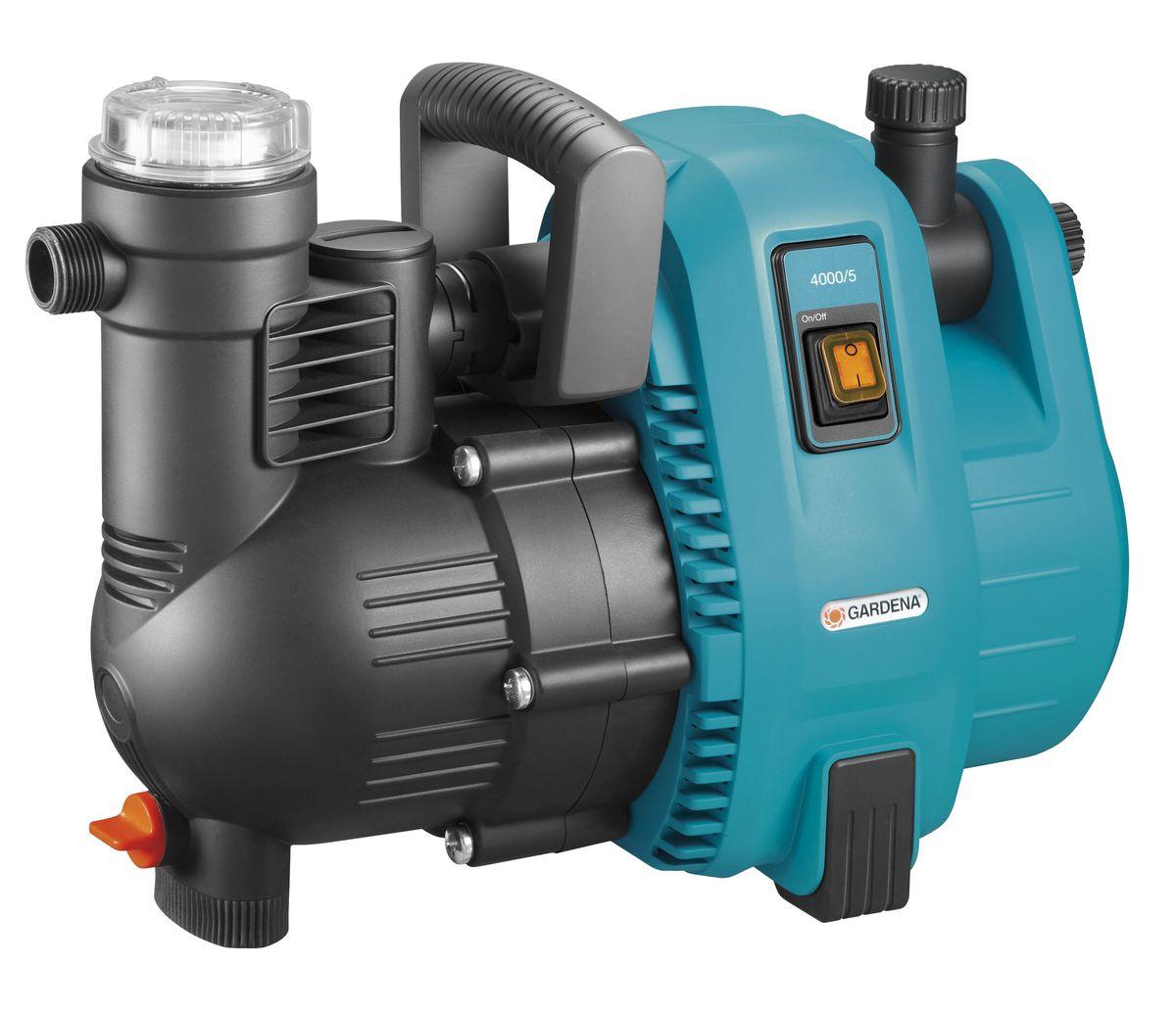 Насос садовый Gardena 4000/5 Comfort01732-20.000.00Садовый насос 4000/5 характеризуется повышенным удобством и минимальным уровнем шума при использовании в саду или дома. Высокая мощность всасывания и способность выдерживать высокое давление делает насос идеальным инструментом для полива, повышения давления, передачи или откачки водопроводной воды, дождевой воды или хлорированной воды бассейна. Встроенный фильтр предварительной очистки гарантирует бесперебойную работу насоса. Наличие двух выходов (один из которых откидной) позволяет подключать и использовать одновременно два поливочных инструмента. Насос прост и удобен в использовании. Широкое заливочное горло упрощает наполнение насоса перед первым использованием, а эргономичная ручка обеспечивает удобство транспортировки. Резиновые опоры обеспечивают устойчивость насоса, а также бесшумную эксплуатацию практически без вибраций. В преддверии морозной погоды насос легко опорожняется с помощью дренажной резьбовой пробки. Для увеличения срока службы продукции компания GARDENA использует материалы только высокого качества. Наличие керамических элементов и двойного уплотнения между двигателем и рабочим колесом обеспечивает безопасность эксплуатации и защиту насоса от повреждений. Термовыключатель обеспечивает защиту двигателя от перегрузок. Примечание: Насосы GARDENA не предназначены для перекачивания соленой воды, агрессивных и легко воспламеняющихся жидкостей, а также пищевых продуктов.Максимальная производительность по нагнетанию: 4000 л/ч.Максимальное давление: 4,1 Бар. Максимальная высота самовсасывания: 8 м. Тип силового кабеля: H07 RNF.