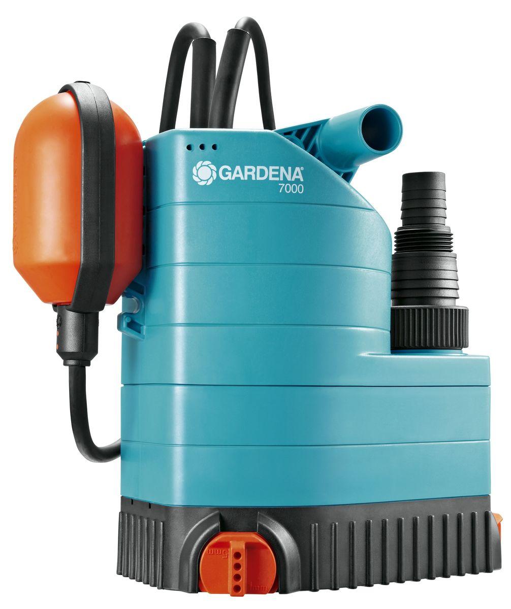 Насос дренажный Gardena 7000 Classic, для чистой воды01780-20.000.00Иногда вода может появиться там, где ее не должно быть, например, в подвале или возле стиральной машины, либо вам необходимо просто откачать или перекачать воду. Насос дренажный 7000 Classic GARDENA идеально подходит для быстрой перекачки чистой или слегка загрязненной воды с диаметром загрязняющих частиц до 5 мм. Поворотное основание насоса обеспечивает возможность откачивания воды до минимального остаточного уровня в 1 мм, то есть практически досуха. Благодаря наличию силового кабеля длиной 10 м, практичный и надежный шланг может использоваться для выполнения различных задач даже на очень большой глубине. Поплавковый выключатель обеспечивает автоматическое включение и выключение насоса. Изменяя положение кабеля в фиксаторе, можно регулировать уровни включения и выключения с помощью поплавкового выключателя. Дополнительно подключаемый механизм позволяет при необходимости легко перейти на постоянное ручное управление. Надежный корпус насоса, выполненный из укрепленного стекловолокном пластика, износостойкое рабочее колесо насоса и малошумный, не требующий технического обслуживания конденсаторный двигатель с термовыключателем для защиты от перегрузок, гарантируют длительный срок эксплуатации насоса. Наличие универсального соединителя позволяет подключать к насосу шланг диаметром 13 мм (1/2 дюйма), 16 мм (5/8 дюйма), 19 мм (3/4 дюйма), 25 мм (1 дюйм) и 38 мм (1 1/2 дюйма).Максимальная производительность по нагнетанию: 7000 л/ч.Максимальное давление: 0,6 Бар. Тип силового кабеля: H05 RNF.