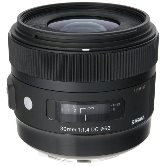Sigma AF 30mm f/1.4 DC HSM объектив для Nikon301955Одним из важных достоинств Sigma AF 30mm f/1.4 DC HSM является высокая светосила 1,4. Благодаря этому он обеспечивает светлое изображение в видоискателе, а также быструю автофокусировку.Включение в оптическую схему асферических элементов положительно сказалось на уровне сферических искажений, астигматизма и комы. В свою очередь, это позволило получить привлекательный рисунок в зоне нерезкости.В объективе используется задняя фокусировка. Это исключает изменение размеров объектива в зависимости от дистанции фокусировки и вращение переднего элемента, что удобно при использовании поляризующего фильтра. Для уменьшения паразитных засветок и бликов в объективе применено многослойное просветляющее покрытие.Многослойное просветление элементов обеспечивает хороший контраст изображений, а ультразвуковой привод автофокуса HSM, гарантирует высокую точность и хорошую скорость автофокусировки при почти полной бесшумности этого процесса.