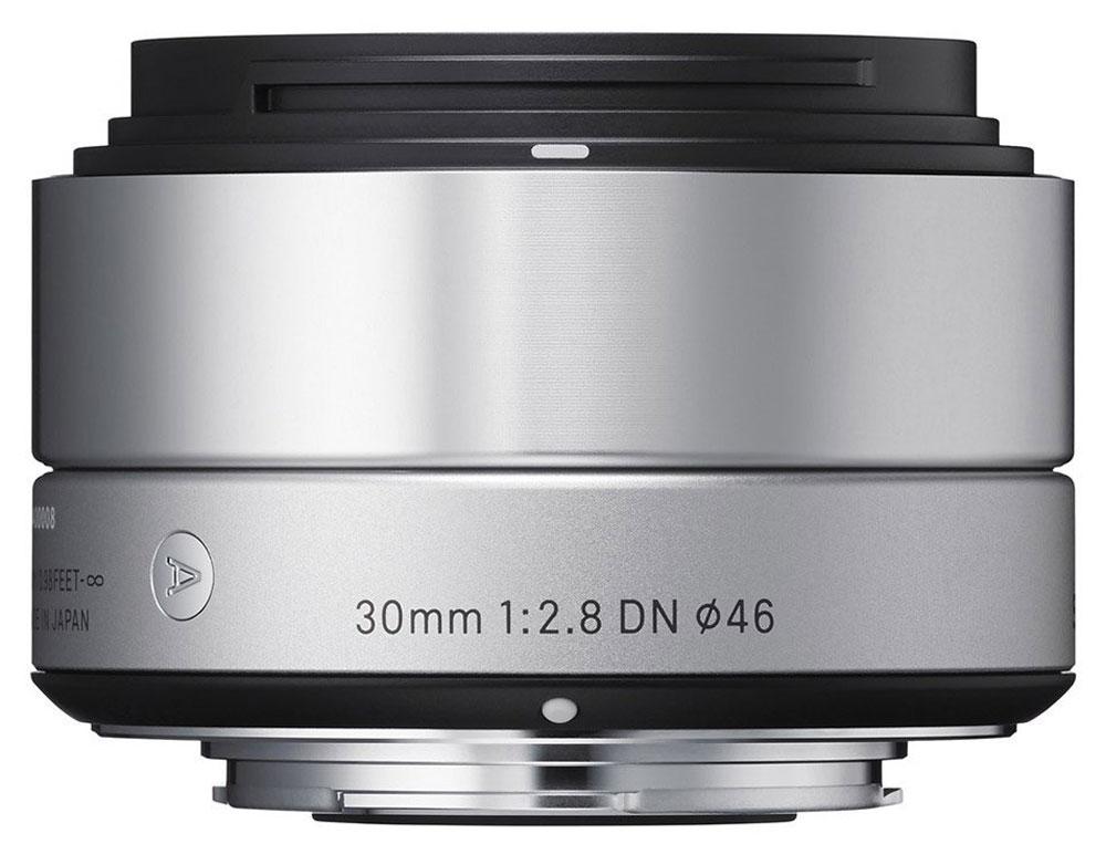 Sigma AF 30mm f/2.8 DN/A, Silver объектив для Micro 4/333S963Изысканный и утонченный дизайн делает объектив Sigma AF 30mm f/2.8 DN/Aеще более привлекательным. Разработанный на основе передовых оптических технологий, объектив включает в свою конструкцию двусторонние асферические линзы, что максимально улучшает производительность беззеркальных камер.Данная модель придется по вкусу пользователям, уделяющим внимание творческой составляющей при создании снимков, в то же время ценящим многофункциональность оптики.Легкая и компактная конструкция объектива имеет длину 40,5 мм и прекрасно сочетается с габаритами беззеркальных фотоаппаратов. Фокусное расстояние в эквиваленте равно 60 мм, что делает модель совершенной для портретной съемки, а также неожиданных фотографий. Кроме этого, значительно улучшена функциональность. Байонет, выполненный из латуни, обеспечивает надежное крепление, а специальное покрытие, нанесенное на его поверхность, гарантирует долговечность.Использование высококачественных асферических элементов обеспечивает превосходное исправление искажений и других видов аберрации. Система внутренней фокусировки корректирует колебания для поддержания качества изображения независимо от положения фокуса. Закругленная 7-лепестковая диафрагма создает привлекательное размытие изображения, находящегося не в фокусе.Объектив имеет линейный двигатель AF, который перемещает линзу без необходимости использования дополнительных механических частей. Эта система обеспечивает быструю и бесшумную автофокусировку, что позволяет использовать Sigma AF 30mm f/2.8 DN/A как для записи видео, так и для съемки фотографий.