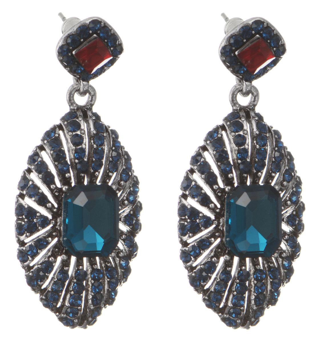 Серьги Taya, цвет: серебристый, синий. T-B-10556-EARR-D.BLUEСерьги с подвескамиОригинальные серьги Taya, выполненные из металлического сплава в виде подвесок овальной формы щедро декорированных крупными и мелкими стразами, придадут вашему образу изюминку, подчеркнут красоту или преобразят повседневный наряд. Застегиваются на замок-гвоздик с пластиковой заглушкой.Такие серьги позволит вам с легкостью воплотить самую смелую фантазию и создать собственный, неповторимый образ.