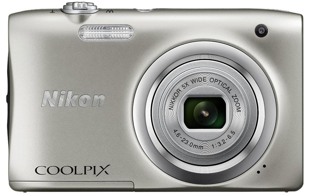 Nikon CoolPix A100, Silver цифровая фотокамераVNA970E1Ваши снимки будут незабываемыми благодаря 20,1-мегапиксельной ПЗС-матрице Nikon CoolPix A100, а объектив NIKKOR с 5-кратным оптическим зумом (расширяемый до 10-кратного с помощью функции Dynamic Fine Zoom) поможет создавать великолепные портреты друзей и родных крупным планом. Выбирайте специальные эффекты в процессе съемки или примените быстрые эффекты к полученным изображениям, чтобы создать оригинальные фотографии прямо на фотокамере.Стильная, компактная и простая в использовании:Эта стильная фотокамера настолько компактна и легка (ее вес - всего 119 г вместе с батареей и картой памяти SD), что она практически неощутима в сумке или кармане, и поэтому ее можно носить с собой повсюду. Кроме того, она проста в использовании, поэтому вы всегда будете готовы запечатлеть нужный момент.Объектив NIKKOR с 5-кратным оптическим зумом:Благодаря объективу NIKKOR с 5-кратным оптическим зумом (26-130 мм в эквиваленте формата 35 мм), который можно расширить до десятикратного с помощью функции Dynamic Fine Zoom, вы можете создавать как великолепные групповые портреты, так и прекрасные снимки крупным планом. С его помощью вы сможете приблизиться к центру событий и запечатлеть незабываемые выражения лиц участников.ПЗС-матрица с разрешением 20,1 эффективных мегапикселей:Матрица с большим количеством пикселей гарантирует получение четких изображений с высоким разрешением, которые можно увеличивать во много раз.Автовыбор сюжета:С легкостью создавайте отличные снимки с помощью функции Автовыбор сюжета, когда фотокамера автоматически выбирает наиболее подходящий сюжетный режим для конкретных условий съемки, например, Портрет, Ночной портрет или Макро. В фотокамере предусмотрены 16 сюжетных режимов, таких как Спорт, Пляж или Портрет питомца, что позволяет подобрать режим, идеально соответствующий условиям съемки. В каждом режиме фотокамера оптимизирует настройки, чтобы достичь наилучшей экспозиции для конкретных условий, что гарантиру