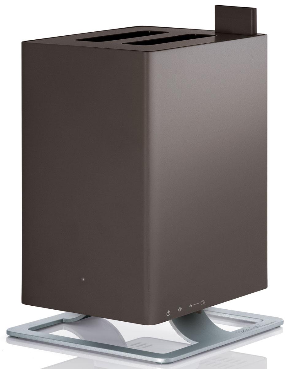 Stadler Form Anton, Bronze увлажнитель воздуха0802322005448Stadler Form Anton – это уникальный ультразвуковой увлажнитель воздуха с функцией ароматизации. Его уникальность заключается в технологии ароматизации: благодаря специальной долговечной мембране ароматическое масло можно добавлять непосредственно в резервуар с водой, а не в отдельный отсек как у большинства увлажнителей. Таким образом, во время использования прибора, испаряется уже ароматизированная вода. Anton умеет создавать нужную атмосферу для любого случая!Комфортной совместной жизни с Stadler Form Anton-ом способствует также его компактность, благодаря которой вы без труда найдете ему место в интерьере вашего дома. Также несомненным преимуществом Anton-а является то, что он не будет усложнять вашу жизнь: эксплуатировать по прямому назначению его предельно просто. Механическое управление не заставит вас ломать голову и тратить время на рутинное чтение инструкций. Оптимальный размер бака для воды – 2,5 л, при этом в случае отсутствия воды прибор автоматически выключится. Также Anton не побеспокоит ваш сон ночью, на это время предусмотрен специальный режим, при использовании которого приглушается голубая фирменная подсветка.Оборудованный бактерицидным картриджем Ionic Silver Cube, этот увлажнитель делает воздух в помещении не только оптимально влажным, но и гарантирует безопасность испаряемой воды для здоровья. Это достигается путем непосредственного соприкосновения картриджа с водой, который тем самым распространяет ионы серебра, известные своим антибактерицидным эффектом. Как результат, даже если вы не пользуетесь увлажнителем ежедневно, вода в нем остается свежей и обеззараженной. Сделайте ваш дом местом, где вы будете отдыхать телом и духом и наслаждаться самыми счастливыми моментами жизни с вашей семьей.