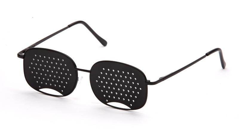 АЛИС 96 Очки перфорационные универсальные черныйперфорационные unisexПерфорационные очки применяются при близорукости и дальнозоркости. Эффективны при регулярном использовании, особенно на начальном этапе ослабевания зрения. Рекомендуются как профилактические при нормальном зрении для тех, кто испытывает интенсивные зрительные нагрузки.ПЕРФОРАЦИОННЫЕ ОЧКИ РЕКОМЕНДУЮТСЯ ПРИ СЛЕДУЮЩИХ НАРУШЕНИЯХ ЗРЕНИЯ:ложной и истинной близорукости; дальнозоркости; астенопиях (аккомодационной и мышечной); пресбиопии; светобоязни.При рассматривании предмета (предметов) через отверстия очков на сетчатке глаза фокусируется множественное (раздвоенное) изображение. В результате цилиарные мышцы глаза изменяют кривизну хрусталика так, чтобы получилось одно четкое изображение. Зрачок без лишнего напряжения меняет свою фокусирующую способность (аккомодацию), увеличивая остроту зрения вдали и вблизи до 2-3-х диоптрий. При переводе взгляда из одной точки в другую (с одного предмета на другой) работа цилиарных мышц становится непрерывной и является тренировочной. Таким образом, перфорационные очки заставляют цилиарные мышцы глаза работать дополнительно, появляется полезная тренировочная нагрузка для ослабевших незагруженных мышц и, наоборот, умеренно разгружаются перенапряженные мышцы глаз. Этот тренажерный эффект, связанный с применением перфорационных очков, не дает мышцам глаза атрофироваться, замедляет процесс потери эластичности хрусталика и нормализует обмен веществ в тканях глаза, предупреждая появление катаракты и других заболеваний глаз. Материал оправы: монель. монель: Сплав никеля и меди. Обладает коррозийной стойкостью и высокой прочностью.Материал линз: пластик. Вес: 16 г. Комплектация перфорационных очков: подробная инструкция и фирменная упаковка. ширина перемычки 1,5 см, длина дужки 13,4 см, высота линзы 3,9 см, ширина линзы 5,1 см. НАЗНАЧЕНИЕОчки-тренажеры применяются при близорукости и дальнозоркости, а такжеиспользуются как профилактические при нормальном зрении. Рекомендованы