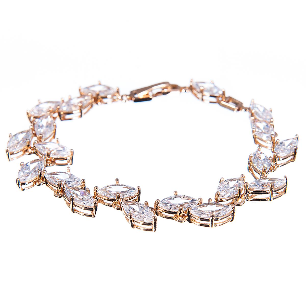 Браслет Selena Diamond, цвет: белый, золотистый. 40054320Глидерный браслетПрелестный браслет Selena изготовлен из металла с золотистым покрытием. Изделие украшено цирконами. Браслет застегивается при помощи замка-пряжки, благодаря которому браслет легко снимать и надевать. Стильный браслет блестяще подчеркнет ваш изысканный вкус и поможет внести разнообразие в привычный образ.
