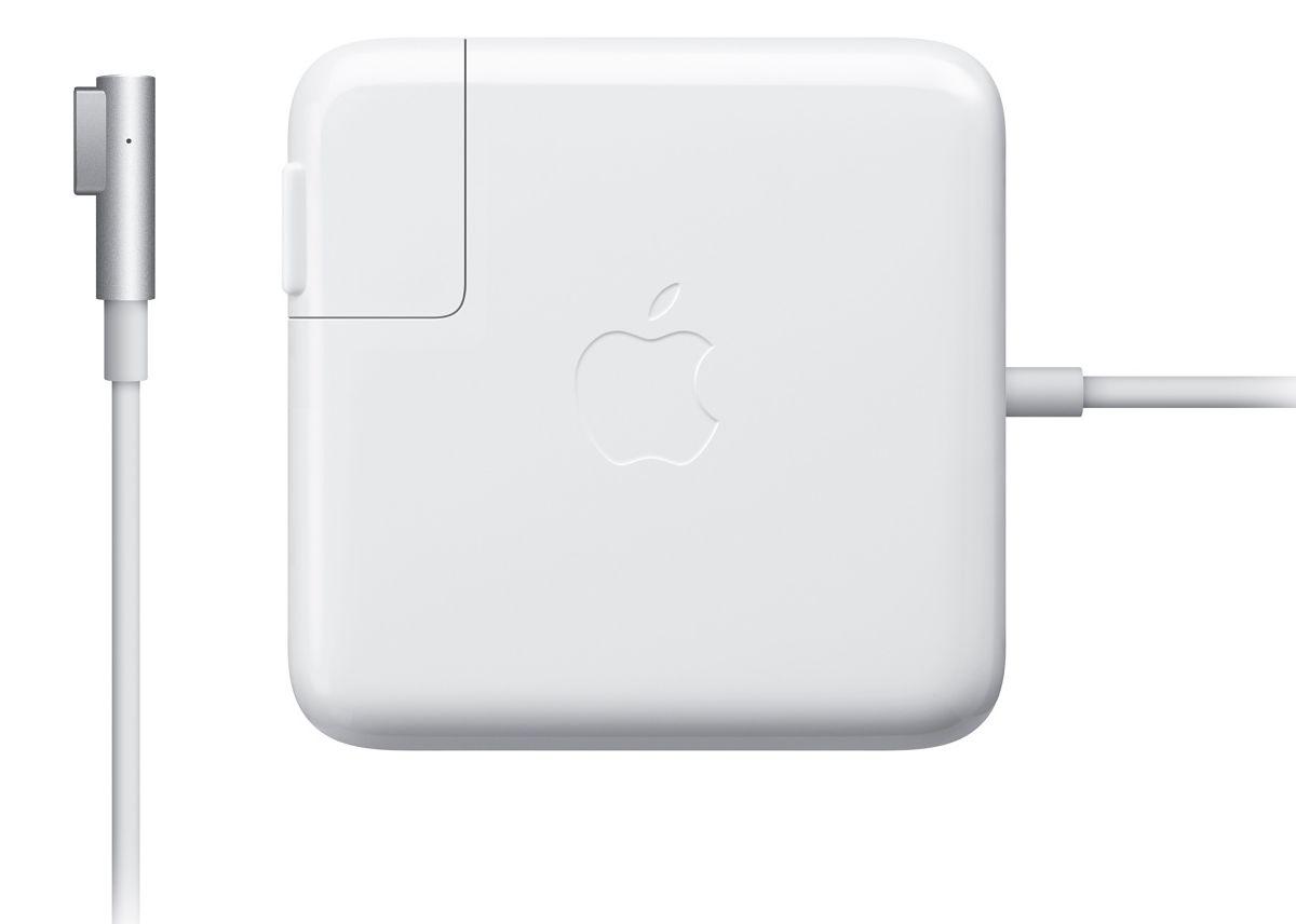 Apple MagSafe для MacBook Pro 2010 зарядное устройствоMC556Z/BАдаптер питания MagSafe мощностью 85 Вт оснащён магнитным разъёмом, который легко отсоединяется при сильном натяжении кабеля. Это помогает избежать преждевременного износа кабелей. Кроме того, магнитный разъём обеспечивает быстрое и надёжное подключение к системе.При правильном подключении на разъёме загорается светодиод. Жёлтый цвет означает, что портативное устройство заряжается, а зелёный показывает, что устройство полностью заряжено. Кабель питания, прилагающийся к адаптеру, даёт максимальное пространство для манёвра, а штепсельная вилка для розетки переменного тока (также входит в комплект) позволяет путешествовать налегке.Этот адаптер удобно брать с собой в дорогу: кабель можно намотать на устройство и таким образом сэкономить место. Этот адаптер питания заряжает литиевый аккумулятор с полимерным электролитом независимо от того, включена ли система, выключена или находится в режиме сна. Он также обеспечивает систему питанием, если вы работаете без аккумулятора.