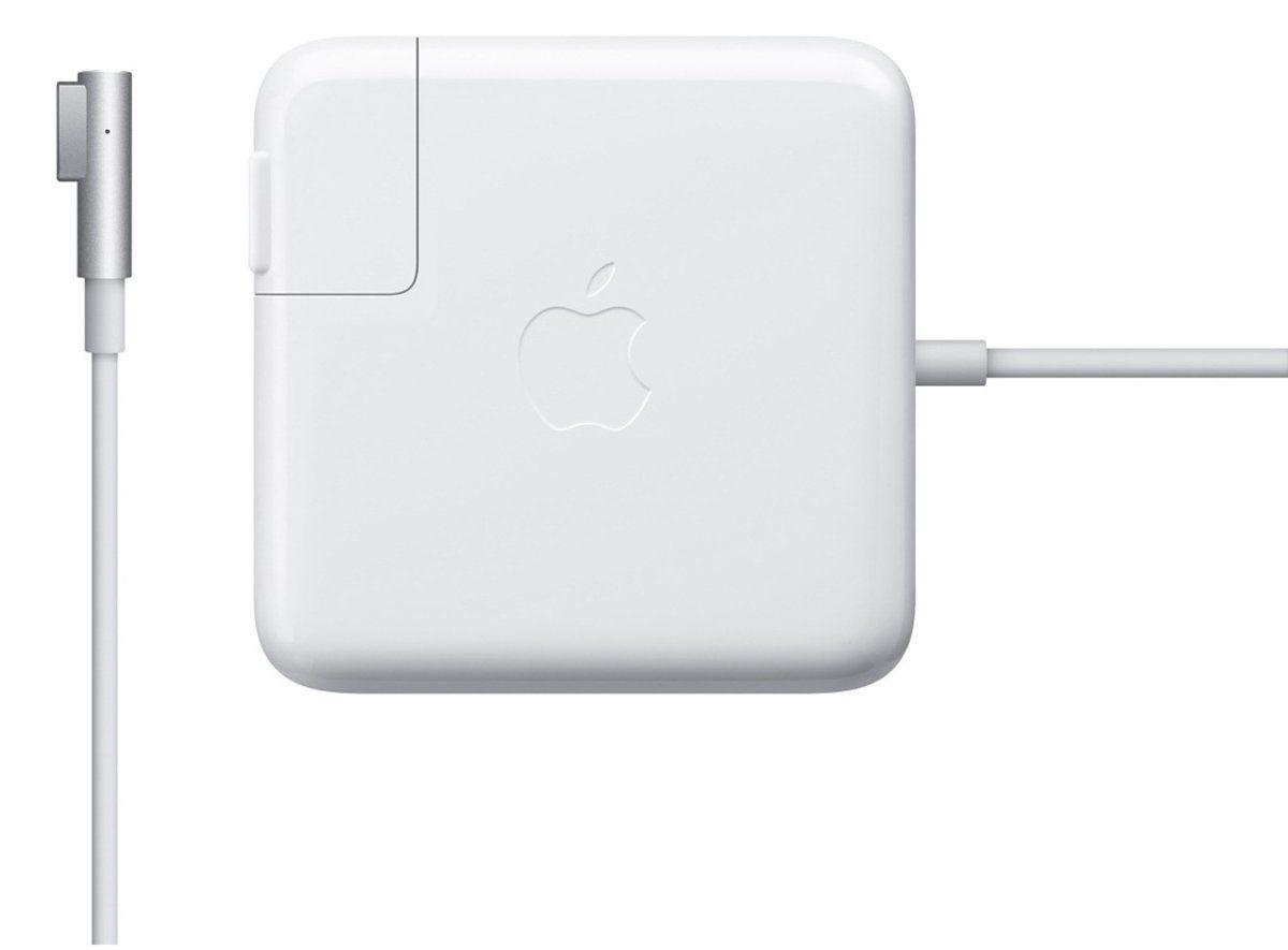 Apple Magsafe для MacBook Air зарядное устройствоMC747Z/AАдаптер питания Apple MagSafe мощностью 45 Вт оснащён магнитным разъёмом. Если кто-то случайно наступит на кабель, он просто отсоединится, а ваш MacBook Air останется на месте. Это также помогает избежать преждевременного износа кабелей. Кроме того, магнитный разъём обеспечивает быстрое и надёжное подключение к системе. При правильном подключении на разъёме загорается светодиод. Жёлтый цвет означает, что ноутбук заряжается, а зелёный показывает, что он полностью заряжен. Кабель питания, прилагающийся к адаптеру, даёт максимальное пространство для манёвра, а штепсельная вилка для розетки переменного тока (также входит в комплект) позволяет путешествовать налегке.Этот адаптер удобно брать с собой в дорогу: кабель можно намотать на устройство и таким образом сэкономить место. Apple MagSafe заряжает литиевый аккумулятор с полимерным электролитом независимо от того, включена ли система, выключена или находится в режиме сна. Он также обеспечивает систему питанием, если вы работаете без аккумулятора.