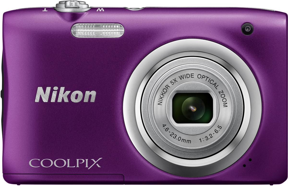 Nikon CoolPix A100, Purple цифровой фотоаппаратVNA973E1Ваши снимки будут незабываемыми благодаря 20,1-мегапиксельной ПЗС-матрице Nikon CoolPix A100, а объектив NIKKOR с 5-кратным оптическим зумом (расширяемый до 10-кратного с помощью функции Dynamic Fine Zoom) поможет создавать великолепные портреты друзей и родных крупным планом. Выбирайте специальные эффекты в процессе съемки или примените быстрые эффекты к полученным изображениям, чтобы создать оригинальные фотографии прямо на фотокамере.Стильная, компактная и простая в использовании:Эта стильная фотокамера настолько компактна и легка (ее вес - всего 119 г вместе с батареей и картой памяти SD), что она практически неощутима в сумке или кармане, и поэтому ее можно носить с собой повсюду. Кроме того, она проста в использовании, поэтому вы всегда будете готовы запечатлеть нужный момент.Объектив NIKKOR с 5-кратным оптическим зумом:Благодаря объективу NIKKOR с 5-кратным оптическим зумом (26-130 мм в эквиваленте формата 35 мм), который можно расширить до десятикратного с помощью функции Dynamic Fine Zoom, вы можете создавать как великолепные групповые портреты, так и прекрасные снимки крупным планом. С его помощью вы сможете приблизиться к центру событий и запечатлеть незабываемые выражения лиц участников.ПЗС-матрица с разрешением 20,1 эффективных мегапикселей:Матрица с большим количеством пикселей гарантирует получение четких изображений с высоким разрешением, которые можно увеличивать во много раз.Автовыбор сюжета:С легкостью создавайте отличные снимки с помощью функции Автовыбор сюжета, когда фотокамера автоматически выбирает наиболее подходящий сюжетный режим для конкретных условий съемки, например, Портрет, Ночной портрет или Макро. В фотокамере предусмотрены 16 сюжетных режимов, таких как Спорт, Пляж или Портрет питомца, что позволяет подобрать режим, идеально соответствующий условиям съемки. В каждом режиме фотокамера оптимизирует настройки, чтобы достичь наилучшей экспозиции для конкретных условий, что гарантир
