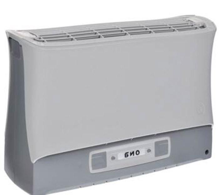 Супер Плюс Био очиститель-ионизатор воздуха2133Работа прибора Супер Плюс Био основана на принципе ионного ветра, который возникает в результате коронного разряда и обеспечивает движение потока воздуха через кассету прибора, при этом частицы аэрозоля (пыль, дым, микроорганизмы), загрязняющие воздух, всасываются вместе с воздухом в кассету приобретая электрический заряд и под действием электростатического поля прилипают к осадительным пластинам, расположенным внутри кассеты.Воздух, проходящий через кассету, дополнительно обрабатывается озоном, образующимся в зоне коронного разряда, его количество заметно меньше предельно допустимой концентрации, но все же достаточно для того, чтобы в помещении, в котором работает прибор, уничтожались неприятные запахи, подавлялась жизнедеятельность болезнетворных микробов, спор грибков, плесени.Воздухоочиститель имеет пять режимов работы, которые отличаются друг от друга соотношением периодов работы и отдыха прибора, а также скоростью воздушного потока, это позволяет наиболее эффективно использовать прибор в помещениях разного объема. Также воздухоочиститель имеет электронную систему контроля состояния кассеты, которая информирует о необходимости чистки воздухоочистителя или об отсутствии или неправильной установке кассеты в приборе.Размер улавливаемых частиц в пределах: 0,3-100 мкмЭффективность очистки: до 96 %Концентрация отрицательных аэроионов: до 40000 ион/см3Концентрация озона в помещении: не более 20 мкг/м3Работает без сменных фильтровРежимы работы: минимальный, оптимальный, максимальный, форсированный, форсированный плюсОбъем помещения :130 м3