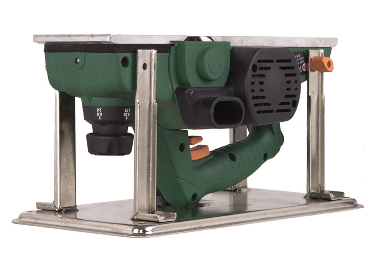 Рубанок электрический Калибр РЭ-1100+ст11309Электрический рубанок Калибр РЭ-1100+ст предназначен для строгания плоских поверхностей древесины и строгания кромки при изготовлении элементов деревянных конструкций. Он оснащен однофазным коллекторным двигателем мощностью 1100 Вт, который развивает обороты до 14500 об/мин. Максимальная глубина обработки составляет 3 мм. Модель работает от сети напряжением 220 В. Благодаря специальным опорам, с рубанком можно работать в перевернутом положении.Размер строгального ножа: 11 х 2,9 х 2,7 см.