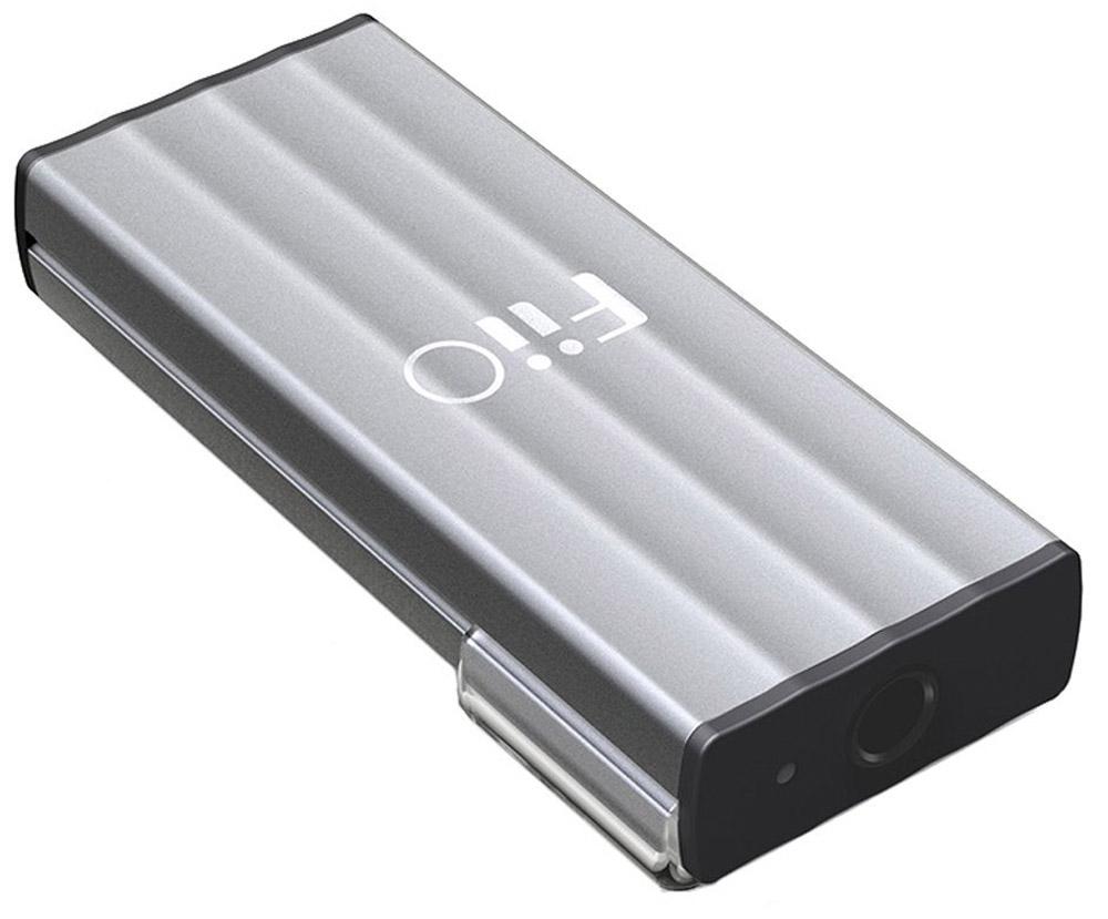Fiio K1 усилитель для наушников6953175710059Fiio K1 - компактный усилитель для наушников с ЦАПом, который поддерживает параметры звука вплоть до 24 бит/96 кГц и предназначен для того, чтобы улучшить звучание вашей существующей компьютерной аудиосистемы, включаясь в аудиотракт между ПК и наушниками или колонками.Одним из отличительных преимуществ Fiio K1 является отсутствие источника питания: вам не нужны ни батарейки, ни аккумуляторы, ни внешние блоки питания. Всё необходимое для работы электричество ЦАП/усилитель получает из звукового тракта. Также ему не требуются никакие драйвера, а подключение к компьютеру выполняется посредством разъема micro-USB: можно использовать как свой обычный кабель, так и короткий комплектный.Усилитель можно использовать и с некоторыми портативными устройствами: для этого он снабжен специальной клипсой для крепления к одежде. А корпус из алюминия с пластиковыми заглушками на торцах поможет устройству остаться целым и невредимым в случае падения с небольшой высоты – что особенно актуально в силу его размеров и очень малого веса.Диапазон сопротивления наушников: 16 – 100 ОмУсиление: 1,2 дБИндикация рабочего состояния (LED)Разбаланс каналов: 0,3 дБ