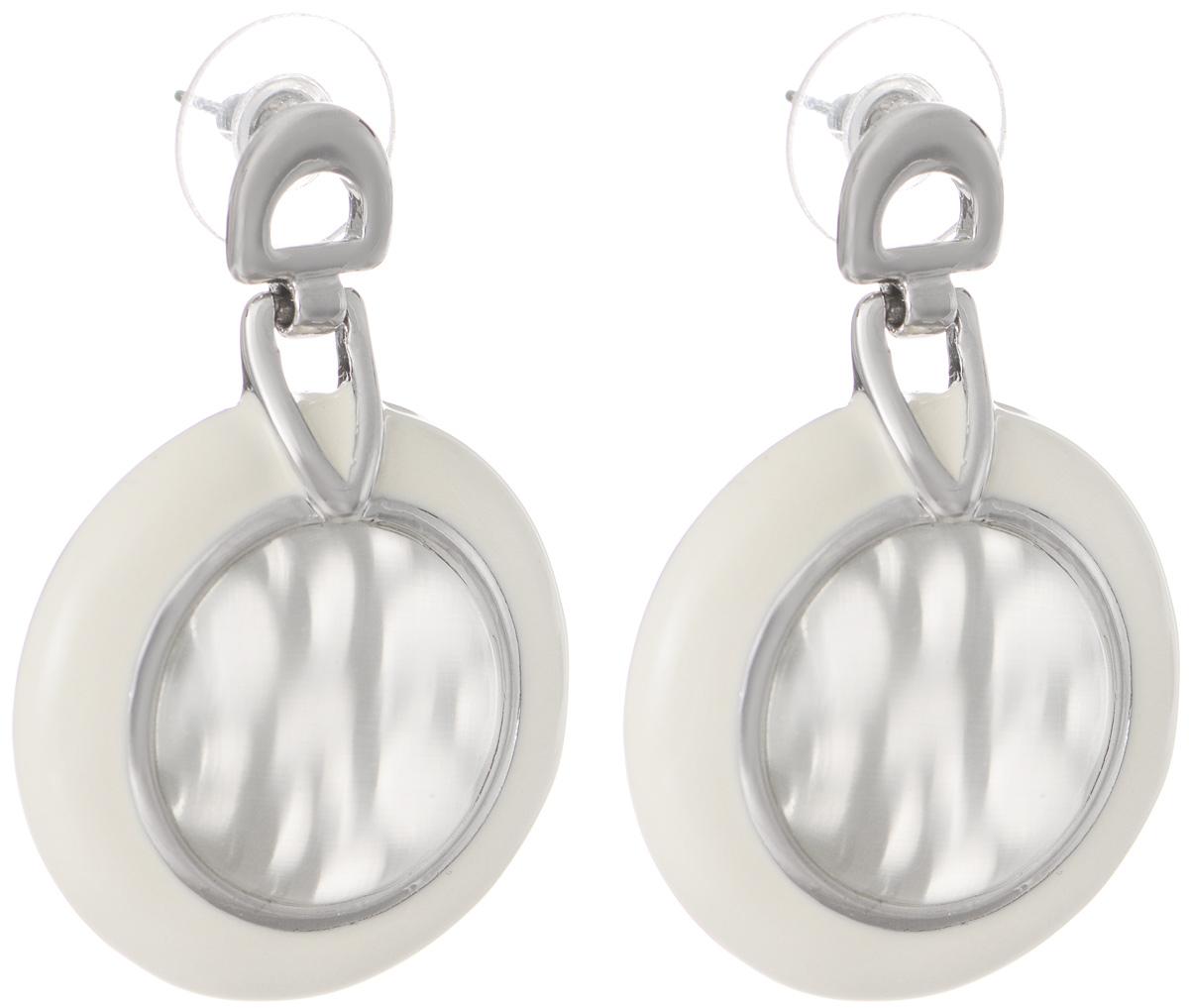 Серьги Art-Silver, цвет: серебряный, белый. V058150-002-891Серьги с подвескамиОригинальные серьги Art-Silver выполнены из бижутерного сплава, с легкостью завершат ваш образ. В качестве основы украшения использован замок-гвоздик с фиксатором из металла и пластика. Серьги дополнены оригинальными подвижными подвесками. Подвески имеют округлую форму, покрыты эмалью и дополнены вставками из кошачьего глаза.Стильные серьги придадут вашему образу изюминку, подчеркнут красоту и изящество вечернего платья или преобразят повседневный наряд.