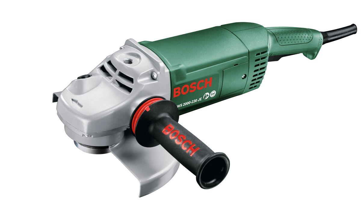 Угловая шлифмашина Bosch PWS 2000-230 JE06033C6001PWS2000-230JE представляет собой мощную угловую шлифмашину для домашних мастеров, которая оснащена антивибрационной рукояткой для ведения инструмента двумя руками. Эта рукоятка снижает вибрации в ходе шлифования и резки и тем самым защищает здоровье домашних мастеров. Кроме того, благодаря ей гарантируется надежный контроль инструмента. Благодаря своему двигателю мощностью 2000Вт PWS2000-230JE от Bosch является мощным инструментом для простой и безопасной резки, обдирки, крацевания, шлифования и полированияКроме того, для безопасной работы PWS2000-230J от Bosch оснащена продуманным выключателем Tricontrol. Этот запатентованный многофункциональный выключатель обеспечивает защиту от непреднамеренного пуска угловой шлифмашины и защищает ее от возможных повреждений. Пуск инструмента также регулируется в зависимости от условий работы и обрабатываемого материала. Кроме того, дополнительная рукоятка с тремя резьбовыми креплениями обеспечивает оптимальный контроль при работе с инструментом. Благодаря различным возможным позициям рукоятки с этим инструментом смогут удобно и безопасно работать в том числе и левши. Кроме того, поворотный корпус редуктора обеспечивает оптимальное обращение при резке и шлифовании. Для замены круга шпиндель легко фиксируется одним нажатием кнопки