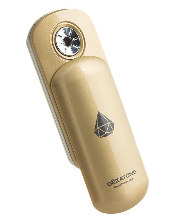 Gezatone Увлажнитель для кожи лица NanoSteam, AH9031301164Увлажнитель Nano Steamer S представляет собой миниатюрный резервуар с водой, которая распыляется мельчайшими наночастицами, великолепно увлажняя воздух и кожу. Такое мелкодисперсное распыление возможно благодаря ультразвуковым колебаниям . Невесомое облако воды покрывает кожу, превосходно усваивается и дает мгновенный эффект увлажнения. Наночастицы воды, которые распыляются прибором, настолько малы, что даже не портят макияж.