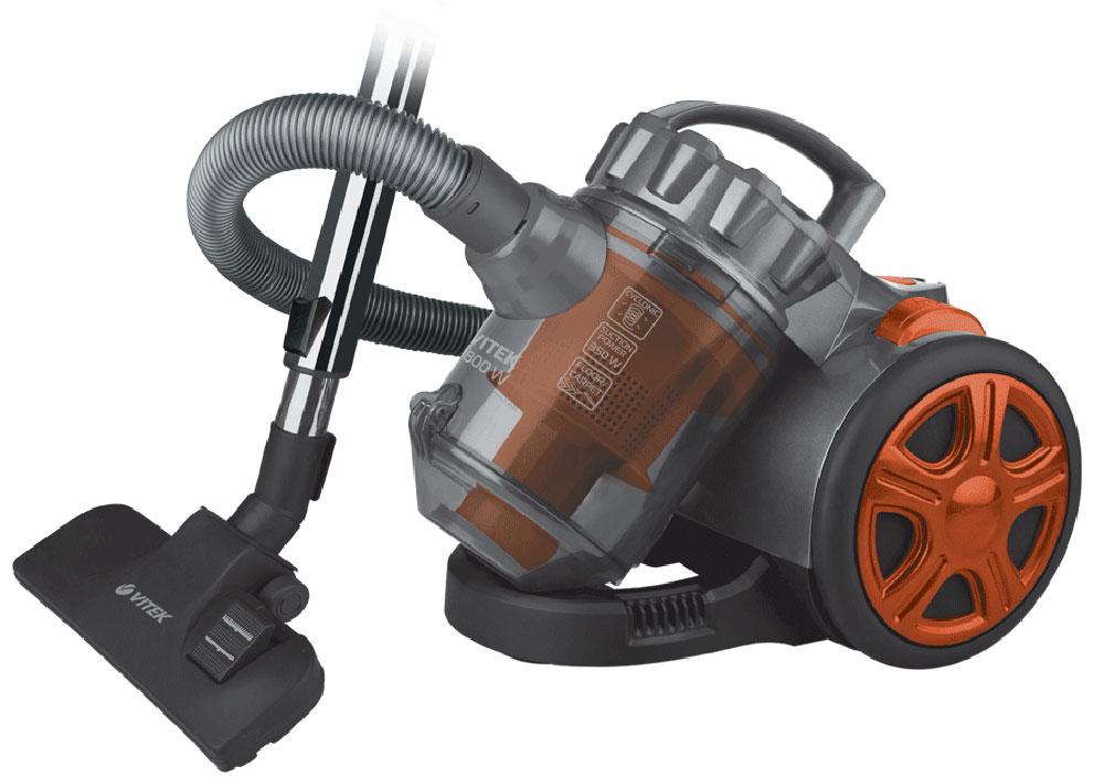 Vitek VT-1890(OG) пылесосVT-1890(R)Vitek VT-1890(R) - пылесос, который отлично справится с поддержанием чистоты в жилом помещении. Данная модель имеет прекрасную мощность всасывания и очень проста в эксплуатации. Пылесос оснащен съёмным пылесборником, который при необходимости можно достать и очистить. Силу всасывания можно регулировать, шнур сматывается после отключения прибора и нажатия на кнопку. На корпусе есть индикатор заполнения ёмкости пылью.В Vitek VT-1890(R) предусмотрен особый фильтр, который задерживает частицы загрязнений любого размера, нередко приводящие к развитию заболеваний. Прибор также оснащён специальной технологией, благодаря которой пыль собирается в комок. Модель комплектуется дополнительными насадками, что существенно упрощает процесс уборки и обеспечивает многофункциональность. Для такого пылесоса не составит труда очистить от загрязнений ковёр или мягкую мебель, он просто собирает шерсть и мелкие нитки с обрабатываемой поверхности.