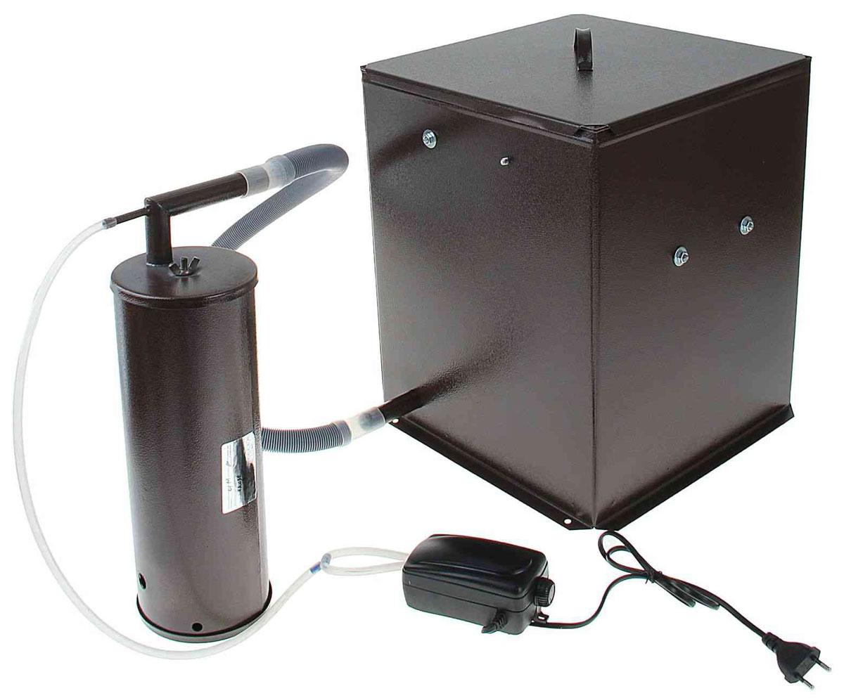 Дым Дымыч 01М,Brown коптильняДым Дымыч 01МДым Дымыч 01М - бытовая коптильня холодного копчения с емкостью объемом 32 л.Холодным копчением называется обработка продуктов дымом с температурой от 19 до 40 градусов Цельсия.Такой процесс может длиться много часов, а то и несколько дней. Это наиболее экологичный метод обработки продуктов.В процессе копчения натуральным густым дымом из мяса или рыбы выводятся все вредоносные микроорганизмы и бактерии. Срок хранения такой пищи увеличивается, а вкусовые качества усиливаются.Данная модель оснащена дымогенератором, предназначенным для постоянной подачи дыма в емкость для копчения. Дымогенератор и емкость изготовлены из углеродистой стали и окрашены снаружи молотковой эмалью.Производительность компрессора 2,5х2 л/минДавление: 0,012 МПа