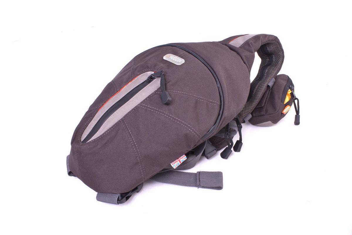 Hugger Choc-Dipped Prawn, Dark Brown фоторюкзак2053Hugger Choc-Dipped Prawn - качественный эргономичный рюкзак для зеркальной камеры. Модель имеет толстую мягкую заднюю стенку с канавками для вентиляции. Прорезиненная застежка-молния обеспечивает дополнительную защиту.Регулятор ремня позволяет быстро переместить рюкзак с одного плеча на другое. Нагрудная часть ремня плотно фиксирует его к телу при беге. Основное отделение надежно защищено плотными стенками. Передний карман на молнии отлично подходит для мелких предметов. А потайной задний карман - для бумажника или МР3-плеера. Кабель наушников может быть пропущен внутри ремня от плеера в заднем кармане. К основному ремню прикреплен съемный чехол для телефона.Рюкзак подходит для зеркальной камеры с зум-объективом и некоторым количеством небольших аксессуаров.Высокий уровень защиты от влагиЛегкий весПротиводождевой чехол и фирменный платок в комплекте