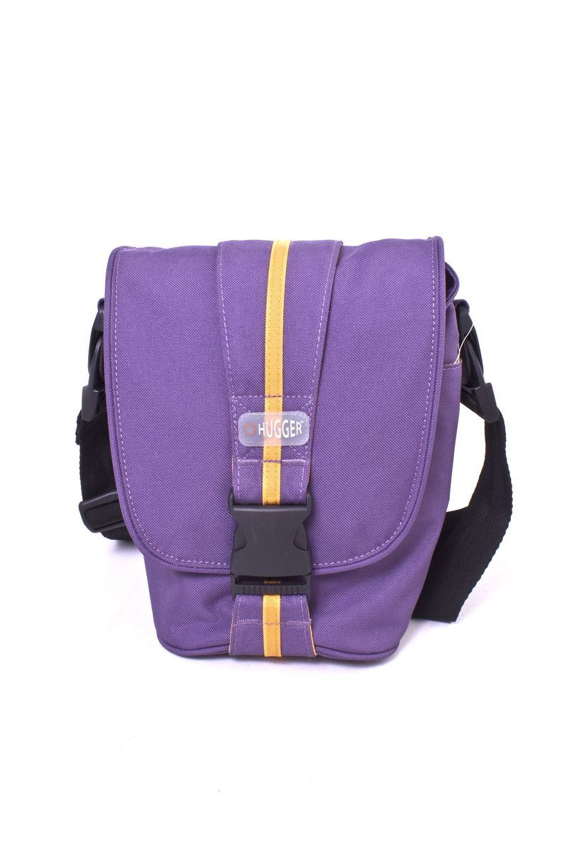 Hugger Cookie Tin, Violet сумка для фотокамеры2375Hugger Cookie Tin - простая и стильная мини-сумка для зеркальной камеры. Вертикальная лента с полоской вокруг сумки может быть использована как ручка для переноски. Имеются также надежная пыле-и влагозащита и передний отсек для хранения аксессуаров.Задний карман на молнии для документов и денегСъемный плечевой ремень и шлица для ношения на поясеСъемная площадка на ремне с кольцом для мобильного телефонаТолстые стенки для надежной защиты камеры от механических поврежденийВысокий уровень защиты от влагиЛегкий весПротиводождевой чехол и фирменный платок в комплекте