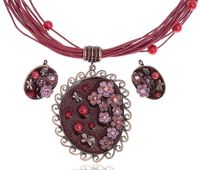 Комплект Летний день: ожерелье и серьги. Текстиль красного цвета, бижутерное стекло, цветная эмаль, гипоаллергенный ювелирный сплав. Lisa Lone, ИспанияПуссеты (гвоздики)Комплект Летний день: ожерелье и серьги.Текстиль красного цвета, бижутерное стекло, цветная эмаль, гипоаллергенный ювелирный сплав.Lisa Lone, Испания.Размер: Ожерелье - полная длина 48-56 см, регулируется за счет застежки-цепочки.Серьги - 2,5 х 2 см.