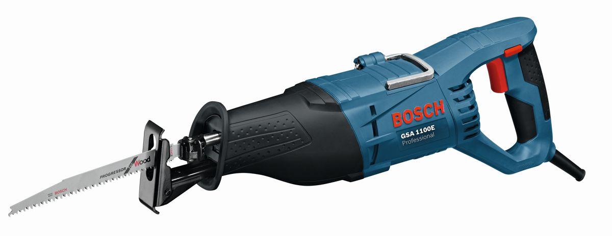 Сабельная пила Bosch GSA 1100 E060164C800Обзор технических характеристикВстроенный лазер для высокоточного пиленияВстроенные боковые элементы для подачи заготовкиИнтуитивно понятная боковая фиксация наклонаОграничитель глубины для прорезания пазов2-точечная система пылеудаленияВстроенная рукоятка облегчает транспортировкуПроизводительность резания при 0° 70 x 312 ммПроизводительность резания, угол скоса 45° 70 x 225 ммПроизводительность резки, угол 45° 48 x 312 ммКомплектация:Пильное полотно по древесине S 2345X 2608654403Пильное полотно по металлу S 123 XF 2608654416Чемоданчик 2610956923