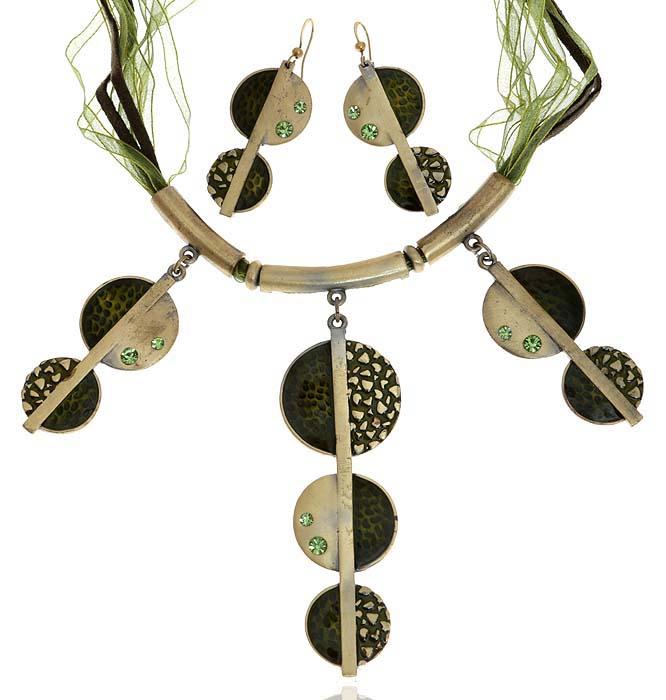 Комплект Лесная сказка: ожерелье и серьги. Текстиль, бижутерное стекло, цветная эмаль, гипоаллергенный ювелирный сплав. Lisa Lone, ИспанияКолье (короткие одноярусные бусы)Комплект Лесная сказка: ожерелье и серьги.Текстиль, бижутерное стекло, цветная эмаль, гипоаллергенный ювелирный сплав.Lisa Lone, Испания.Размер: Ожерелье - полная длина 40-49 см, регулируется за счет застежки-цепочки.Серьги - 5 х 2 см.