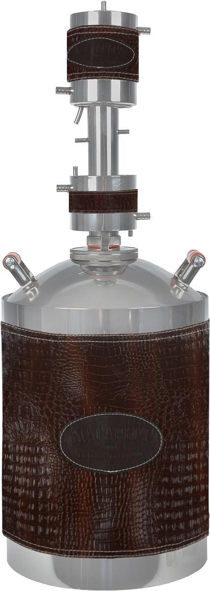 Магарыч Машковского БККР 20, Brown Leather дистилляторМАГАРЫЧ БККР 20 ЭкокожаБытовой дистиллятор Магарыч Машковского БККР 20 - это совершенство в каждом штрихе.Используемая при изготовлении самогонного аппарата сталь гигиенична, гипоалергенна и не взаимодействует с жидкостью внутри куба в отличие от многих представленных на рынке аппаратов. Применение стального нержавеющего листа толщиной 1 мм обеспечивает приблизительный срок службы аппарата 5 лет.Дефлегматор Магарыча Машковского состоит из водяной рубашки. Благодаря использованию рубашки вместо обычного змеевика удалось увеличить площадь охлаждения и конденсации пара до 374 см2. Это позволило увеличить производительность аппарата до 2 литров в час.В отличие от старых моделей, где диаметр трубок, по которым идет пар, составлял 8 мм, в новом аппарате диаметр царги составляет феноменальные 38 мм. Это исключает возможную закупорку отверстий частицами браги (жмыхом, ягодами) во время кипения.Чтобы еще больше увеличить производительность и на выходе получать холодный самогон, уже в базовой комплектации устанавливается доохладитель. Он представляет собой водяную рубашку. Внутри нее расположен змеевик, по которому протекает самогон.Благодаря особому типу стали, используемой в перегонном кубе, самогонный аппарат Магарыч Машковского БККР 20 можно использовать на газовых, электрических и стеклокерамических плитах.