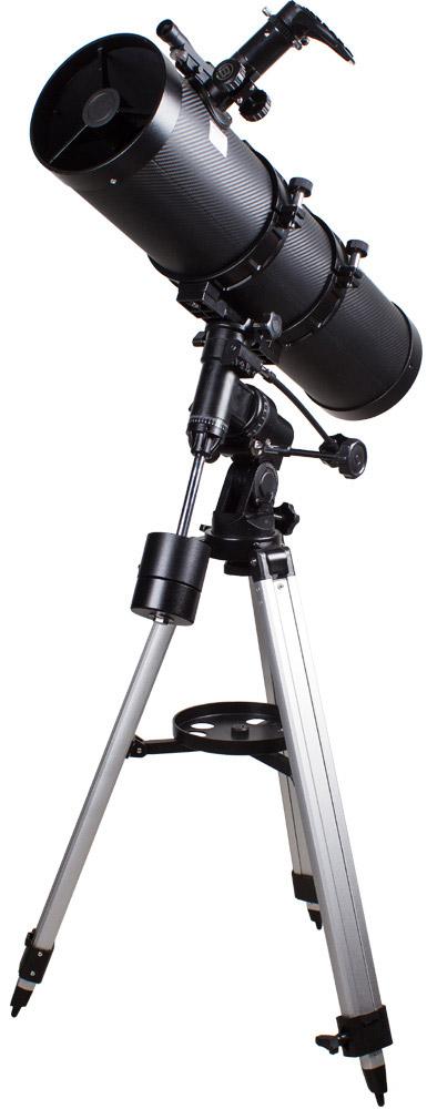 Bresser Pollux 150/1400 EQ2 телескоп26054Телескоп Bresser Pollux 150/1400 EQ2 – это рефлектор Ньютона, оснащенный встроенной линзой Барлоу. Поэтому при его большом фокусном расстоянии (1400 мм) длина трубы остается достаточно короткой и удобной для транспортировки. Телескоп можно смело назвать универсальным инструментом – благодаря апертуре в 150 мм, он собирает достаточное количество света, чтобы можно было наблюдать множество слабых объектов неба – туманностей, звездных скоплений и галактик. В то же время, с Bresser Pollux Вы также сможете наблюдать планеты Солнечной системы, яркие кометы и звезды до 13 звездной величины, в том числе двойные. Максимально полезное увеличение телескопа составляет 300 крат.\Экваториальная монтировка EQ-2 позволяет быстро навести телескоп на интересующий небесный объект и сопровождать его суточное движение вращением ручки тонких движений. Устойчивая тренога, на которую устанавливается телескоп, имеет столик для принадлежностей для удобного расположения во время наблюдений дополнительных окуляров, фильтров, различных оптических принадлежностей, и быстрого доступа к ним при необходимости. Большая часть этих аксессуаров идет в базовой комплектации телескопа. Для удобства поиска объектов имеется оптический искатель, устанавливаемый параллельно главной трубе.Окуляры Plossl, которыми комплектуется данная модель, достаточно универсальны и дают хорошие результаты при любых наблюдениях. Они обеспечивают качественное и яркое изображение без существенных искажений по всему полю зрения. Возможна комплектация этого телескопа РС-окуляром, передающим изображение на персональный компьютер (приобретается дополнительно). С помощью компактной цифровой камеры, расположенной за окуляром, можно делать снимки Луны и ярких планет. Благодаря сравнительно небольшим размерам и весу телескоп без труда можно вывезти за пределы города и в полной мере насладиться красотой звездного неба, не испорченного городской атмосферой.Светосила: f/9,3Посадочный диаметр окуляр