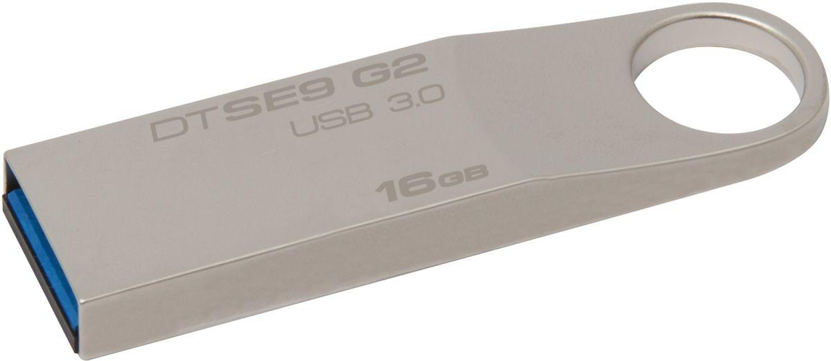 Kingston DataTraveler SE9 G2 16GB USB-накопительDTSE9G2/16GBUSB-накопитель Kingston DataTraveler SE9 G2 имеет стильный металлический корпус с большим кольцом, за которое его удобно прикреплять. Малый форм-фактор делает его великолепным дополнением к таким ноутбукам, как новый Ultrabook от компании Intel, а также к планшетным ПК, имеющим USB-разъёмы. Надёжный корпус этого накопителя позволяет безбоязненно брать его с собой повсюду, куда бы вы ни отправились со своими новыми устройствами. Накопитель Kingston DataTraveler SE9 G2 имеет пятилетнюю гарантию, бесплатную техническую поддержку и отличается легендарной надежностью, характерной для всей продукции компании Kingston.